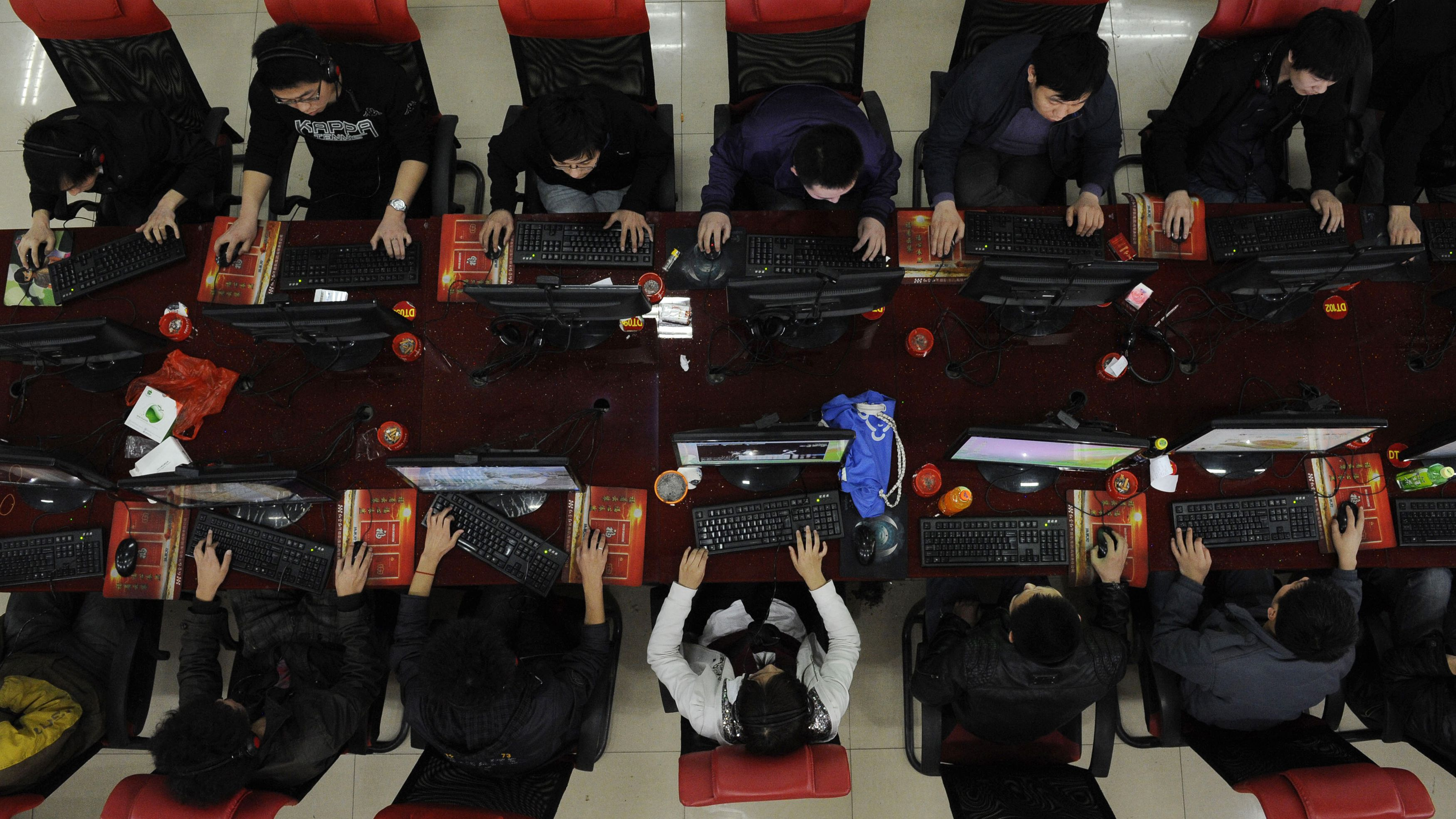 """People use the computer at an Internet cafe in Taiyuan, Shanxi province March 31, 2010. Google Inc blamed """"the great firewall"""" of China for blocking its Internet search service in the country on Tuesday, but said it did not know if the stoppage was a Chinese technical glitch or a deliberate move in their face-off over Internet censorship. REUTERS/Stringer"""