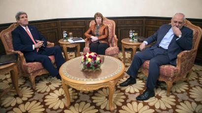 U.S. Secretary of State John Kerry (L), EU envoy Catherine Ashton (C) and Iranian Foreign Minister Mohammad Javad Zarif meet in Muscat November 10, 2014.