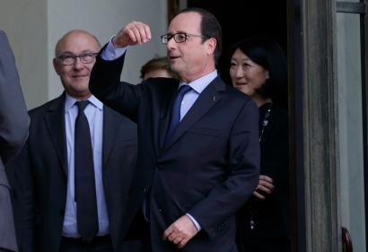 French President Francois Hollande (C), Culture minister Fleur Pellerin (R) and Finance minister Michel Sapin (L) leave after a lunch with 2014 economics Nobel Prize winner Jean Tirole at the Elysee Palace in Paris, November 12, 2014. REUTERS/Philippe Wojazer (FRANCE - Tags: POLITICS) - RTR4DVGR