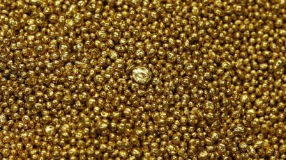 Gold granulate is seen at a plant of gold refiner and bar manufacturer Valcambi SA in the southern Swiss town of Balerna December 20, 2012. Picture taken December 20, 2012. To match story SWISS-GOLD/ REUTERS/Michael Buholzer (SWITZERLAND - Tags: BUSINESS)