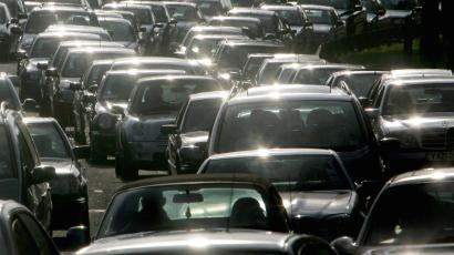 Drivers queue during evening rush hour on the M4 motorway, in west London, July 20, 2004. Britain's Transport Secretary Alistair Darling unveiled new government transport plans for the next 10 years on Tuesday, announcing car tax and fuel duty could be scrapped and replaced with a system of road charging. NO RIGHTS CLEARANCES OR PERMISSIONS ARE REQUIRED FOR THIS IMAGE REUTERS/Toby Melville TM/MD - RTR6YPH