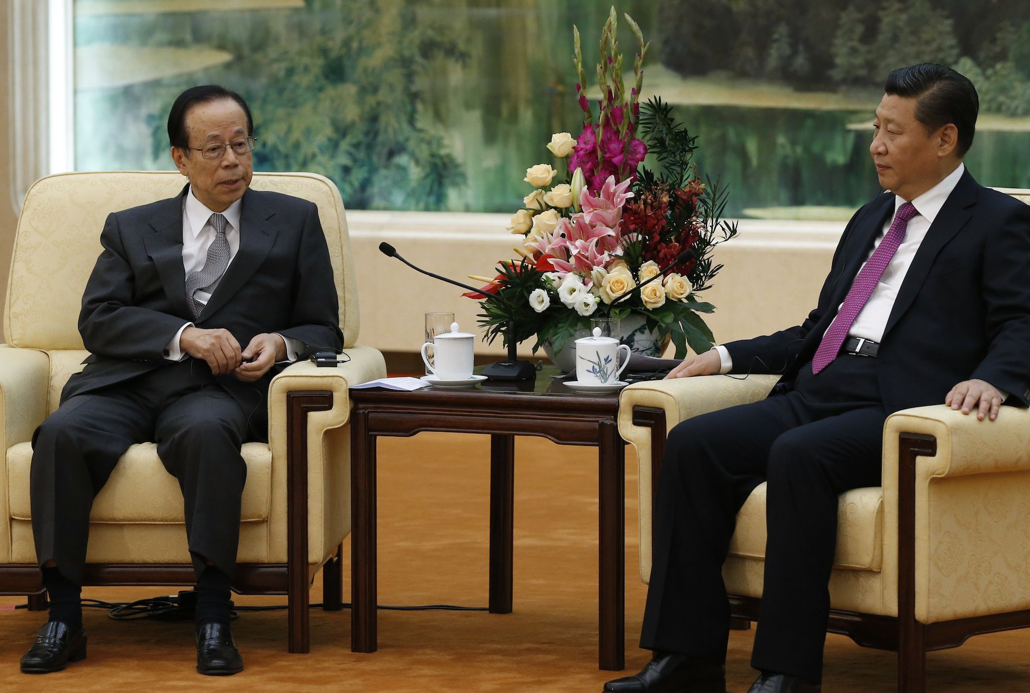 Former Japanese Prime Minister Yasuo Fukuda (L), chairman of the Boao Forum for Asia, meets Chinese President Xi Jinping at the Great Hall of the People in Beijing October 29, 2014.