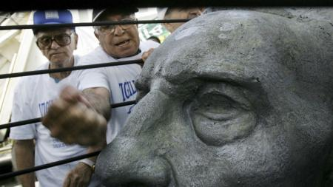 activists attacking castro statue