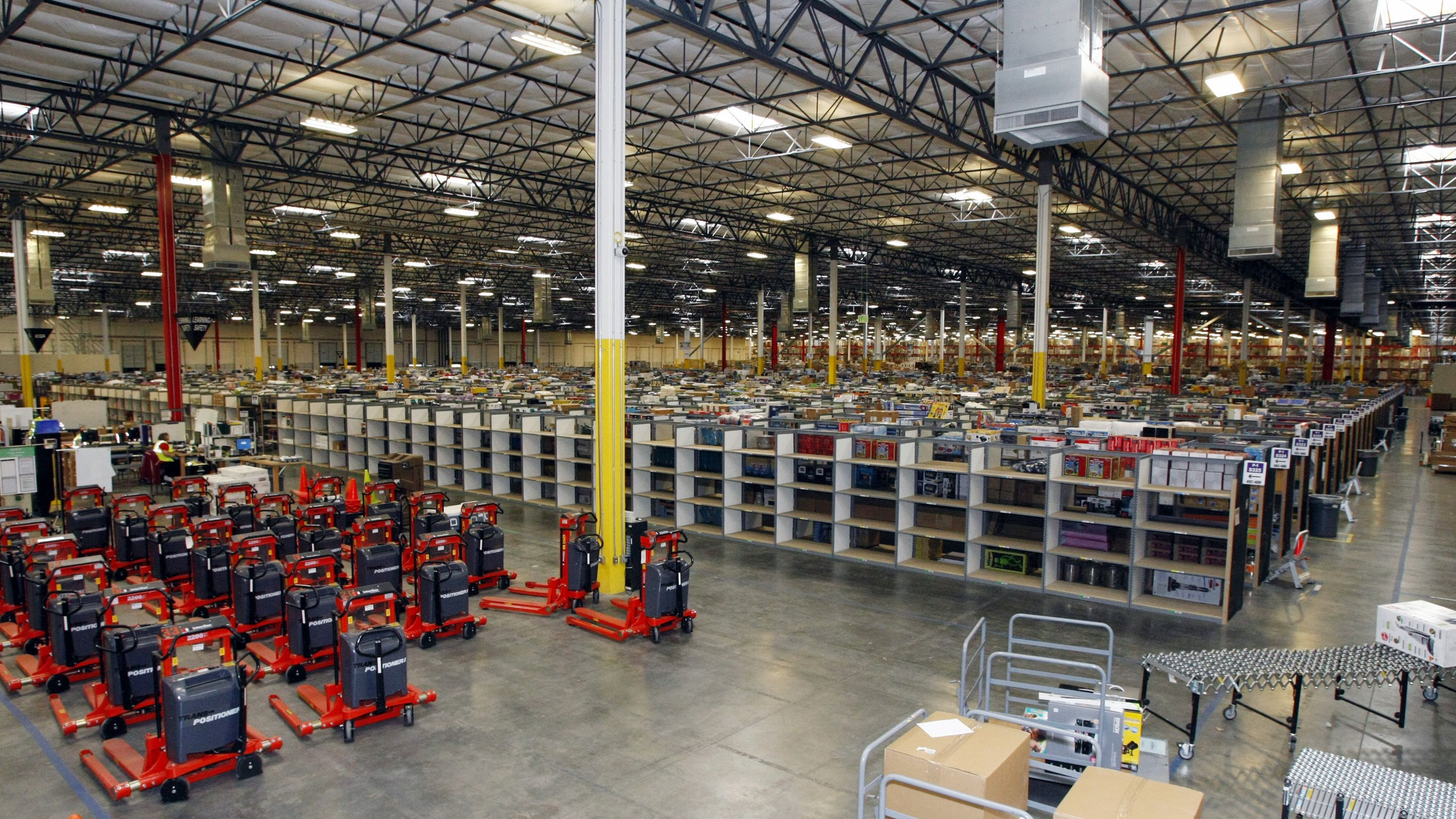 """Merchandise sits at the Amazon Phoenix Fulfillment Center in Goodyear, Arizona, in this file image from November 16, 2009. The White House on January 29, 2010 hailed a report of 5.7 percent economic growth in the fourth quarter as """"the most positive news to date on the economy"""" and said the Obama administration's focus must remain on job creation. REUTERS/Rick Scuteri/Files (UNITED STATES - Tags: BUSINESS) - RTR29MCG"""