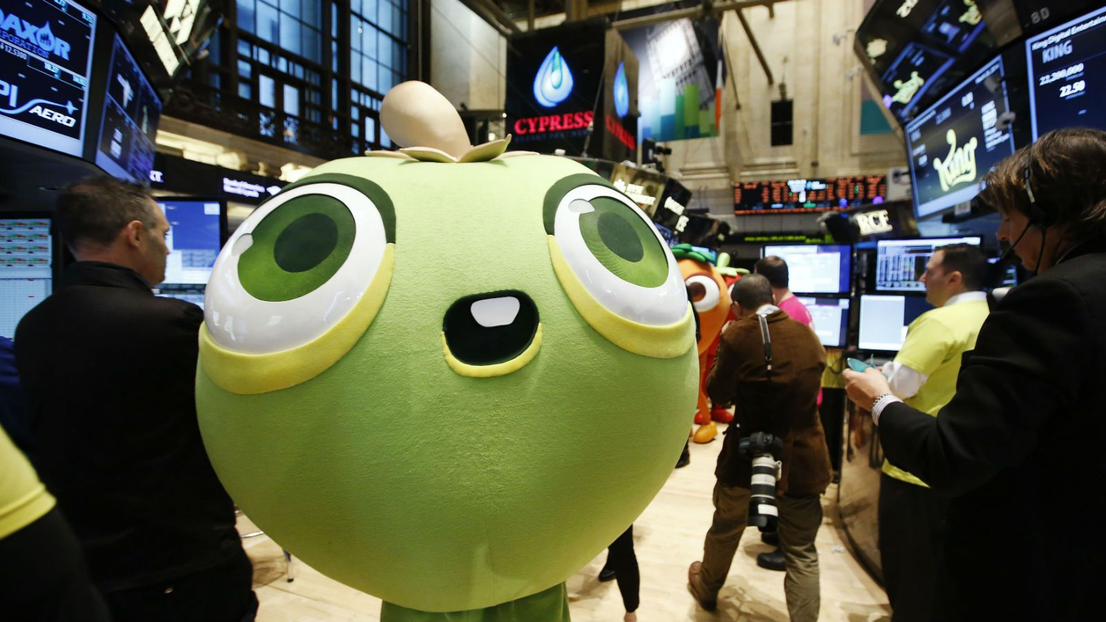 """A mascot dressed as a character from the mobile game """"Candy Crush Saga"""" walks the floor of the New York Stock Exchange during the IPO of Mobile game maker King Digital Entertainment Plc March 26, 2014. REUTERS/Brendan McDermid (UNITED STATES - Tags: BUSINESS SCIENCE TECHNOLOGY ENTERTAINMENT)"""