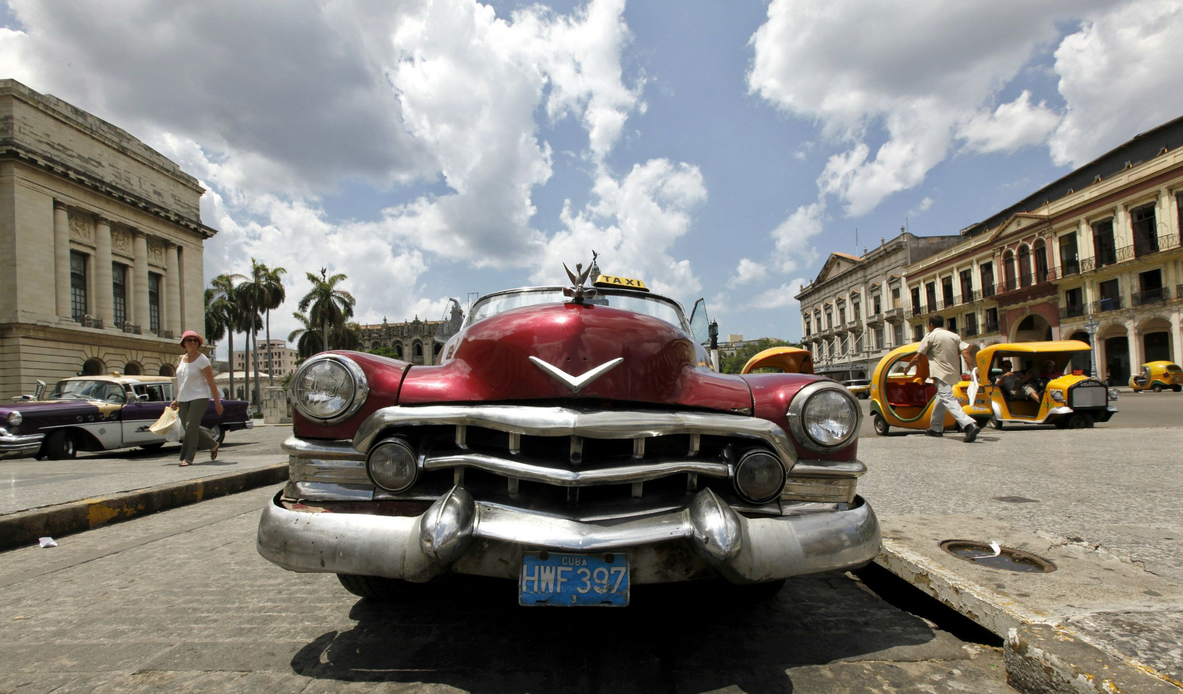 DATE IMPORTED:May 28, 2009A taxi waits for customers at Cuba's Capitol in Havana May 27, 2009. REUTERS/Desmond Boylan (CUBA SOCIETY IMAGES OF THE DAY)