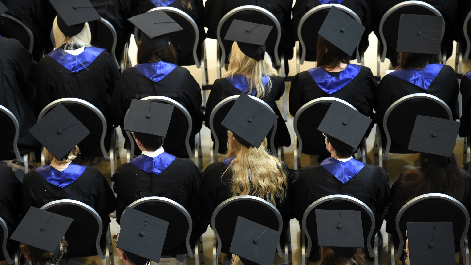 Students attend their graduation ceremony at the Hamburg School of Business Administration (HSBA) in Hamburg, October 1, 2014. REUTERS/Fabian Bimmer (GERMANY - Tags: BUSINESS EDUCATION SOCIETY)