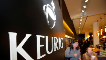 Customers shop at the newly opened Keurig retail store Burlington, Massachusetts November 8, 2013. REUTERS/Brian Snyder (UNITED STATES - Tags: BUSINESS LOGO FOOD) - RTX155JR