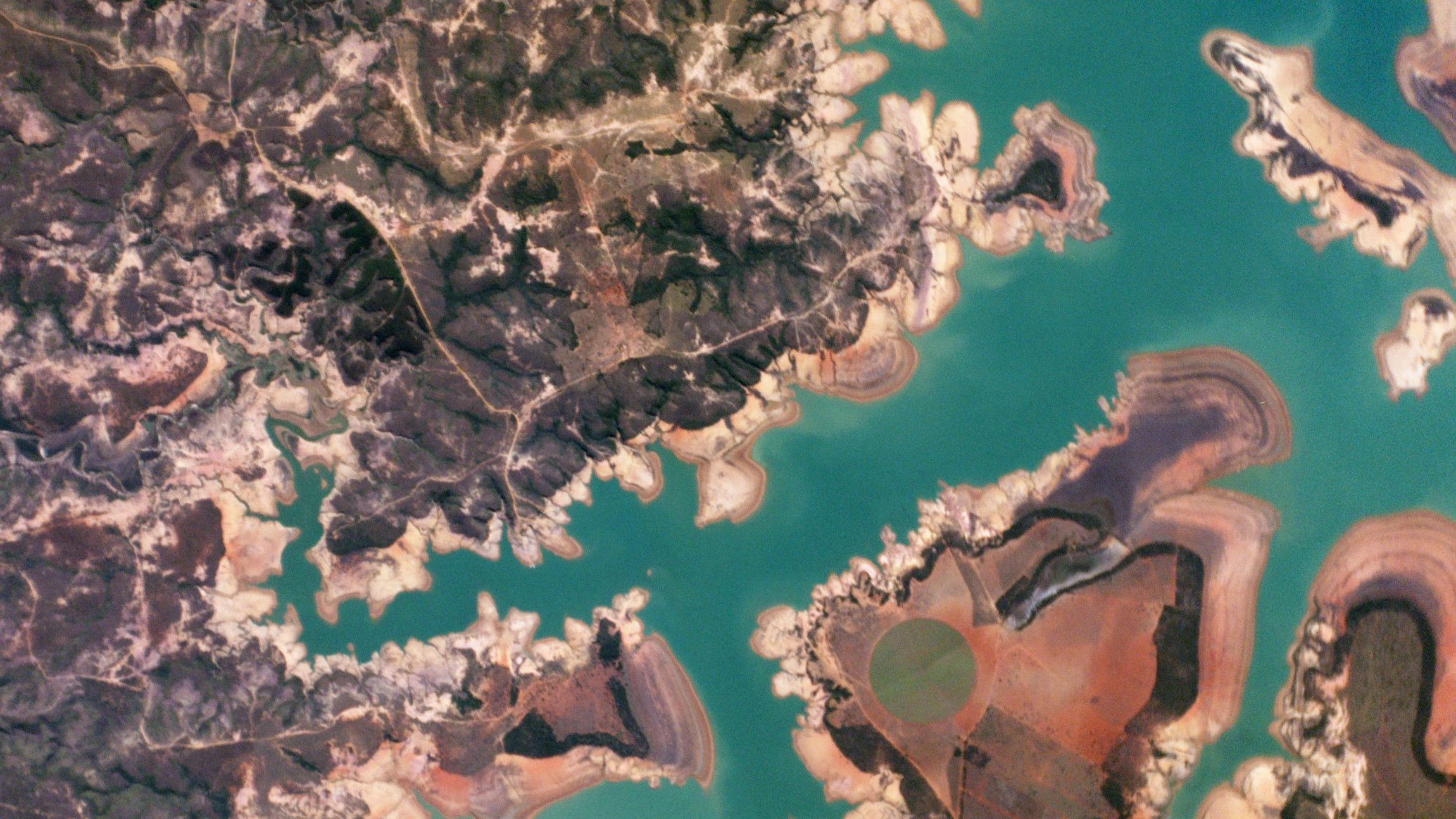 The Represa Três Marias, the result of damming the São Francisco river, is one of the largest reservoirs in Brazil. In 2014, Minas Gerais experienced one of the worst droughts of the last 50 years. The lower water level can be seen by using the compare tool.