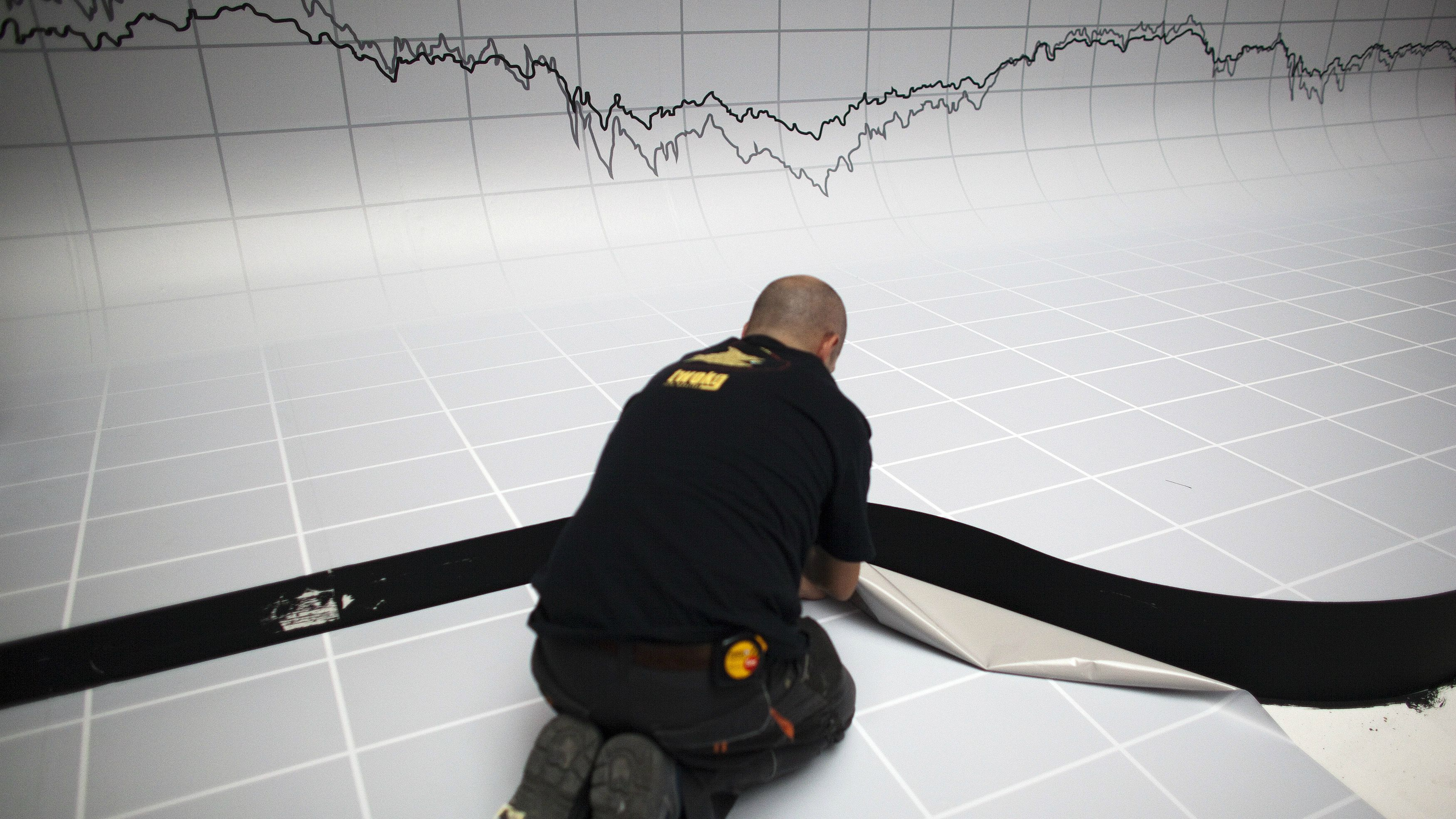 DATE IMPORTED:May 17, 2012A graph is seen above a worker as he puts the finishing touches to a stage decoration for an investment funds awards dinner at the Madrid stock exchange May 17, 2012. Spain's benchmark IBEX index fell nearly 2 percent to its lowest level since mid-2003, as shares in Bankia slumped following a report in the El Mundo newspaper that its customers had withdrawn more than 1 billion euros from their accounts over the past week. REUTERS/Paul Hanna (SPAIN - Tags: BUSINESS POLITICS TPX IMAGES OF THE DAY)