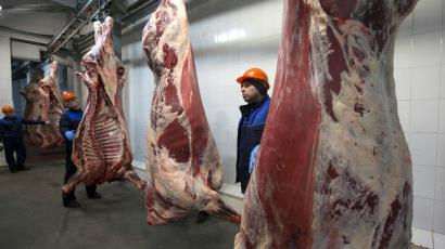 Workers are pictured at a meat processing plant in Brest, December 2, 2014. Belarus' Deputy Agriculture and Food Minister Igor Brylo said that talks on lifting Russia's ban on the import of foodstuffs produced by Belarusian enterprises were to be continued in Minsk on Tuesday, according to state agency BelTA.