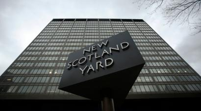 A sign is seen outside New Scotland Yard in central London January 10, 2014. Metropolitan Police Commissioner Bernard Hogan-Howe has apologised to former cabinet minister Andrew Mitchell, after police officer Keith Wallis admitted to misconduct in a public office. Wallis claimed to have witnessed a row between former cabinet minister Andrew Mitchell, and police officers manning the gates of Downing Street, local media reported. REUTERS/Luke MacGregor (BRITAIN - Tags: CRIME LAW POLITICS) - RTX178Q5