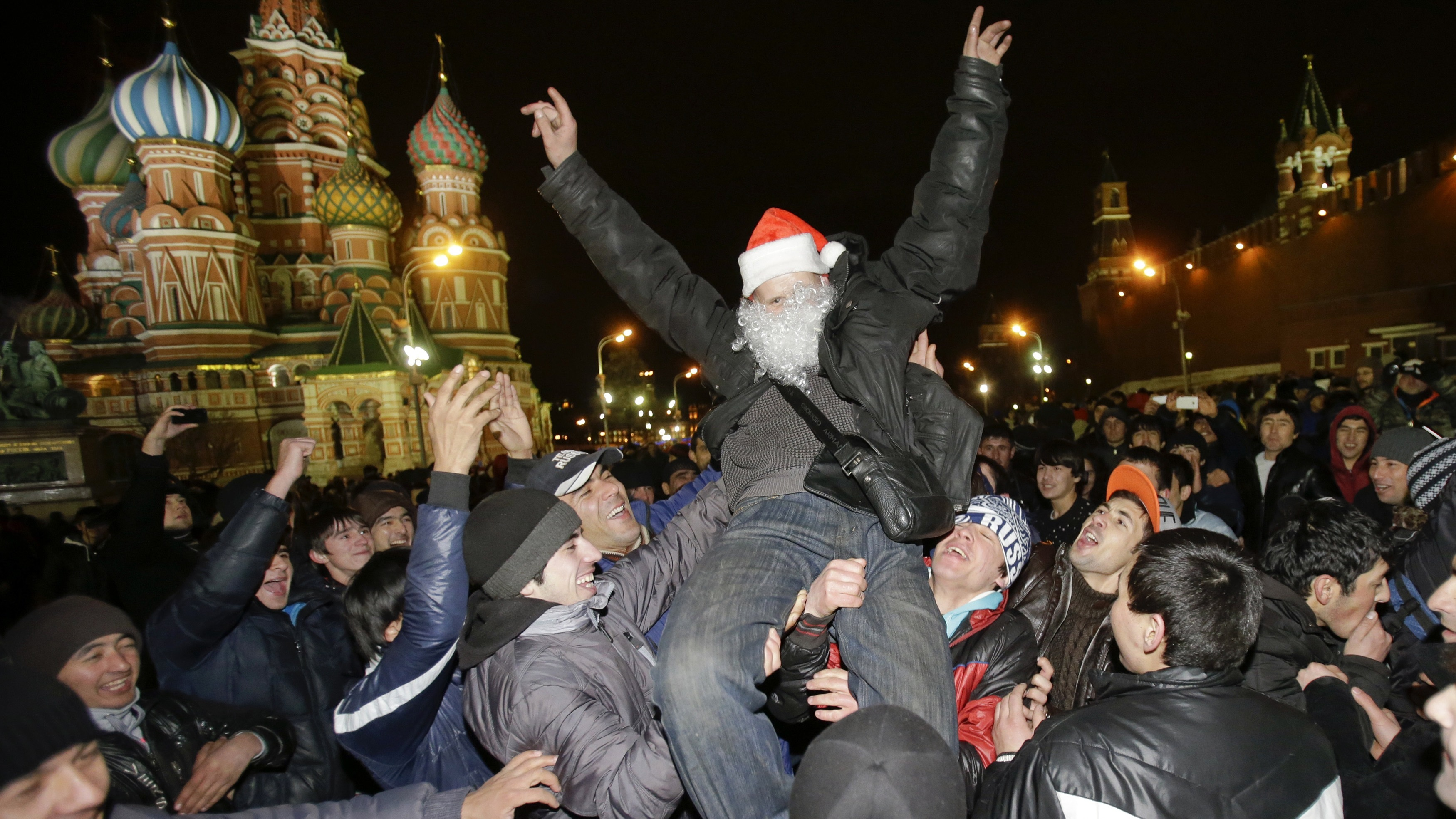 Revellers enjoy the countdown to New Year celebrations in Moscow's Red Square December 31, 2013. REUTERS/Tatyana Makeyeva