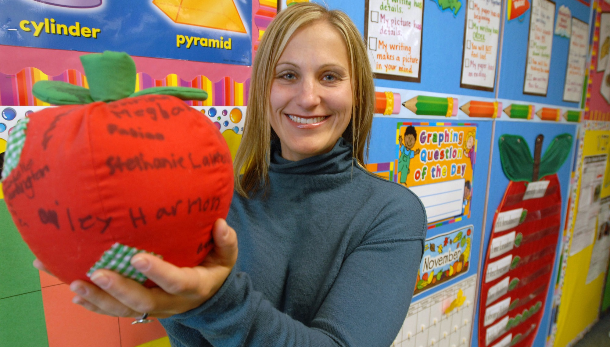**FOR USE WITH AP LIFESTYLES** Second grade teacher Shannon Drizd holds a stuffed apple signed by students at Meadowview School in Grayslake, Ill., Friday, Nov. 2, 2007. (AP photo/Paul Beaty)