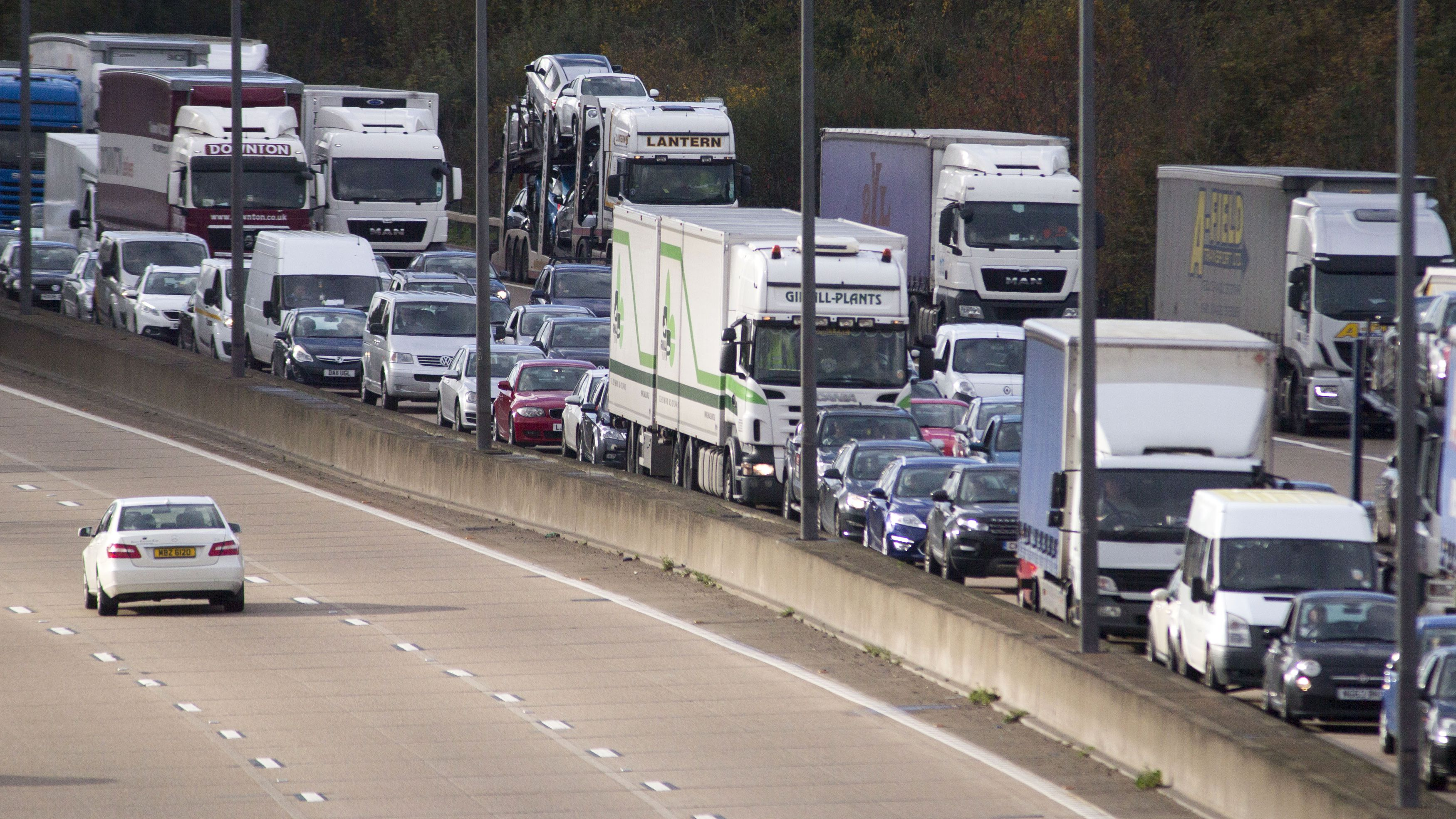 A car drives clockwise along the M25, as anti-clockwise traffic is at a standstill after heavy rain and road works caused a 20 mile jam on London's orbital motorway, November 14, 2014.   REUTERS/Peter Nicholls  (BRITAIN - Tags: SOCIETY TRANSPORT ENVIRONMENT TPX IMAGES OF THE DAY) - RTR4E5Y3