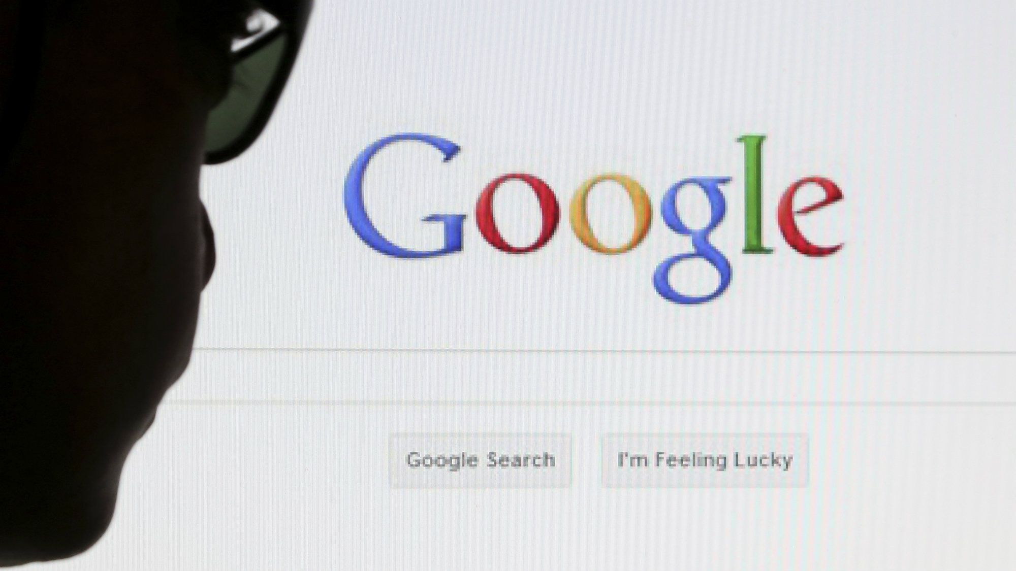 A computer user poses in front of a Google search page in this photo illustration taken in Brussels May 30, 2014. Google has taken the first steps to meet a European ruling that citizens can have objectionable links removed from Internet search results, a ruling that pleased privacy campaigners but raised fears that the right can be abused to hide negative information. REUTERS/Francois Lenoir (BELGIUM - Tags: POLITICS SCIENCE TECHNOLOGY)