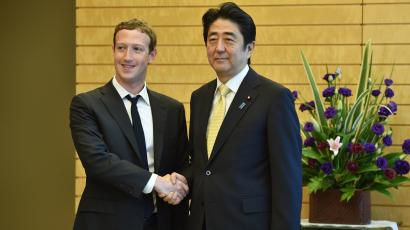 Mark Zuckerberg (L), founder and CEO of Facebook, meets with Japan's Prime Minister Shinzo Abe at Abe's official residence in Tokyo October 20, 2014. REUTERS/Kazuhiro Nogi/Pool