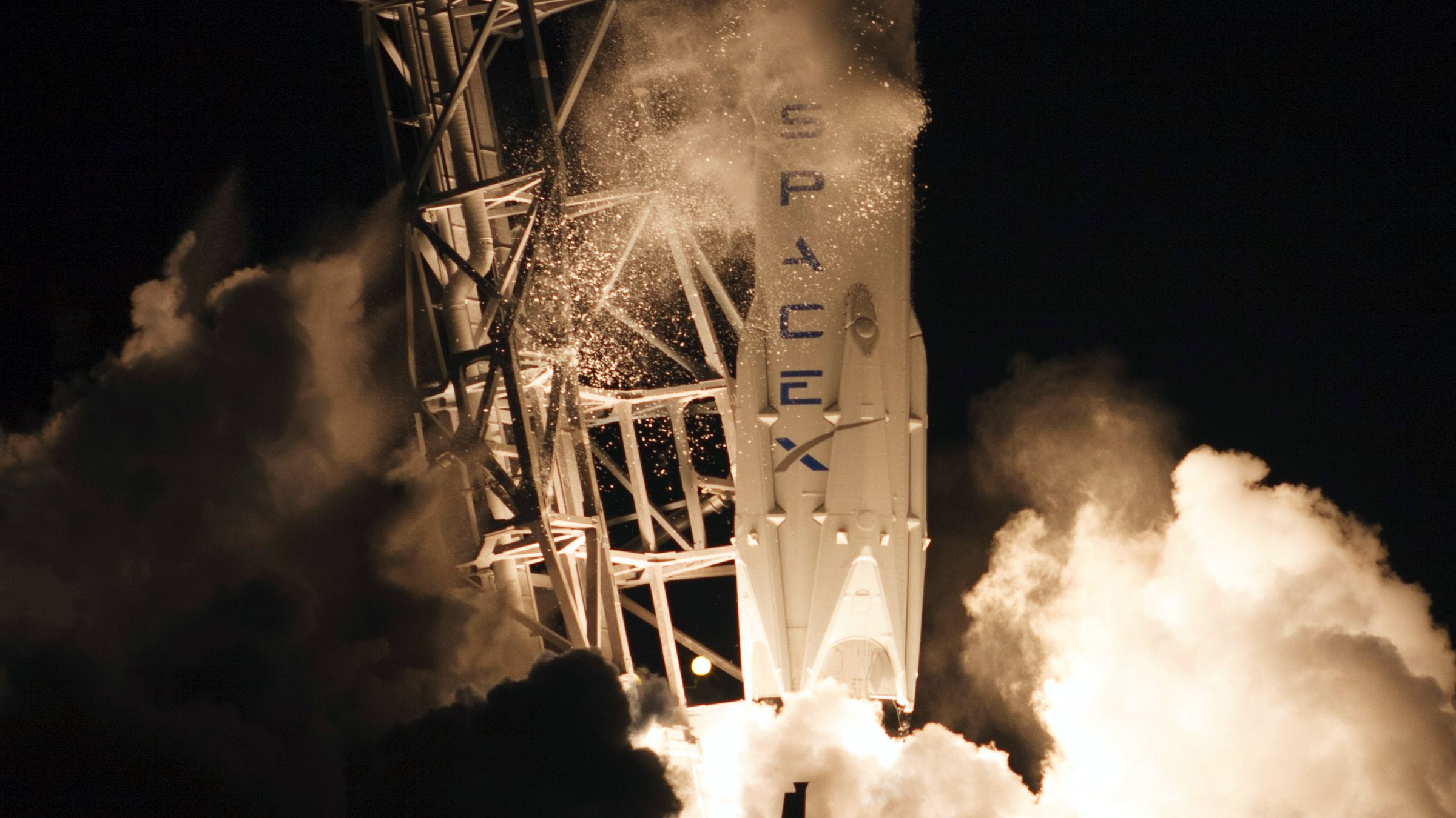 The unmanned Falcon 9 rocket launched by SpaceX on a cargo resupply service mission to the International Space Station (ISS), lifts off from the Cape Canaveral Air Force Station in Cape Canaveral, Florida January 10, 2015. An unmanned Space Exploration Technologies mission blasted off on Saturday carrying cargo for the ISS, but efforts to reland the rocket on a sea platform failed, the firm said. The Dragon cargo capsule itself was successfully launched into space and is expected to dock with the space station on Monday.