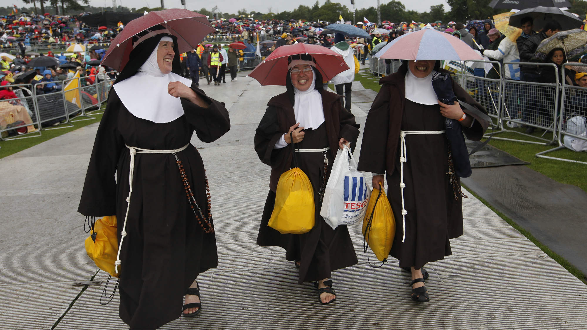 Nuns wear umbrella hats against the rain before a beatification Mass for Cardinal John Henry Newman, led by Pope Benedict XVI, at Cofton Park in Birmingham September 19, 2010. The Pope is on the final day of a four day visit to England and Scotland. REUTERS/Andrew Winning (BRITAIN - Tags: POLITICS RELIGION)