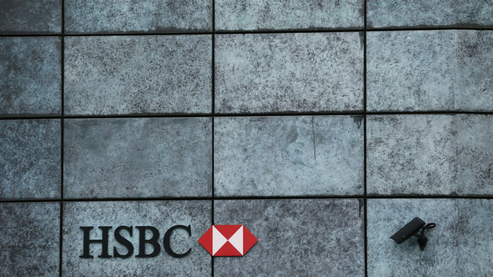 A branch of HSBC bank is seen in the City of London November 12, 2014. Britain's Financial Conduct Authority (FCA) said on Wednesday it has imposed fines totalling $1.7 billion on five banks for failing to control business practices in their G10 spot foreign exchange trading operations. Under the terms of the settlement, Citibank will pay $358 million, HSBC $343 million, JP Morgan Chase $352 million, Royal Bank of Scotland $344 million and UBS $371 million.