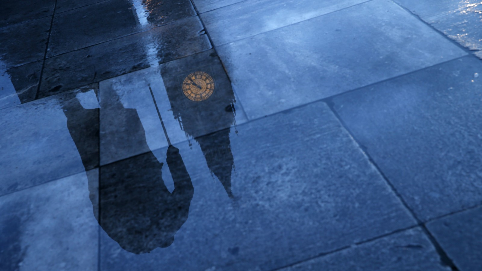 The statue of Britain's former Prime Minister Winston Churchill is reflected onto the rain covered pavement in front of the Houses of Parliament in London, January 30, 2015. Today marks the 50th anniversary of the funeral of Churchill, Britain's wartime leader.   REUTERS/Eddie Keogh (BRITAIN - Tags: POLITICS ANNIVERSARY TPX IMAGES OF THE DAY) - RTR4NK6O