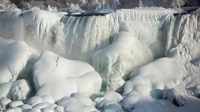 A partially frozen American Falls in sub freezing temperatures is seen in Niagara Falls, Ontario February 17, 2015. Temperature dropped to 6 degrees Fahrenheit (-14 Celsius) on Tuesday. The National Weather Service has issued Wind Chill Warning in Western New York from midnight Wednesday to Friday. REUTERS/Lindsay DeDario (CANADA - Tags: TRAVEL ENVIRONMENT) - RTR4Q3VY