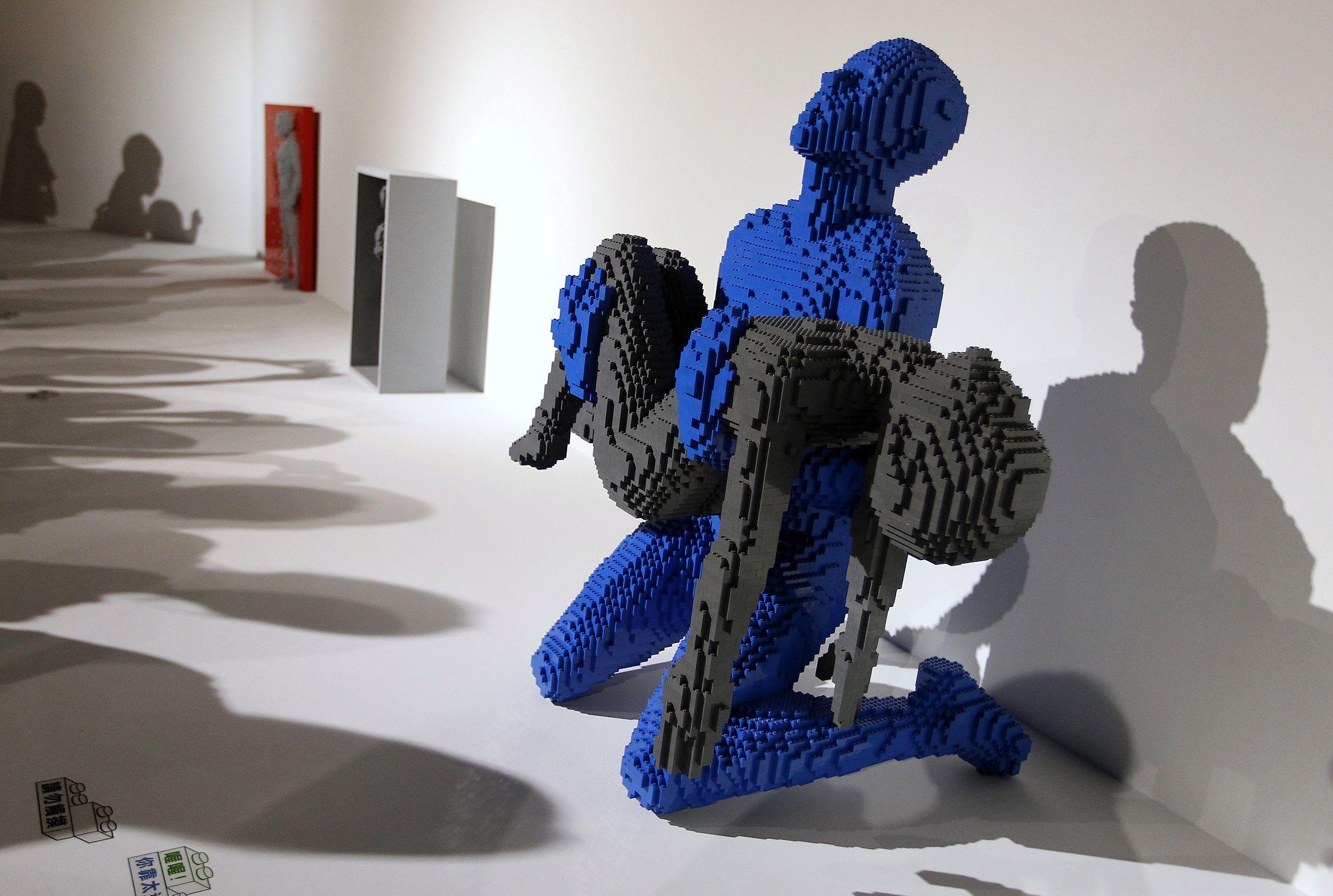 Nathan Sawaya sculpture