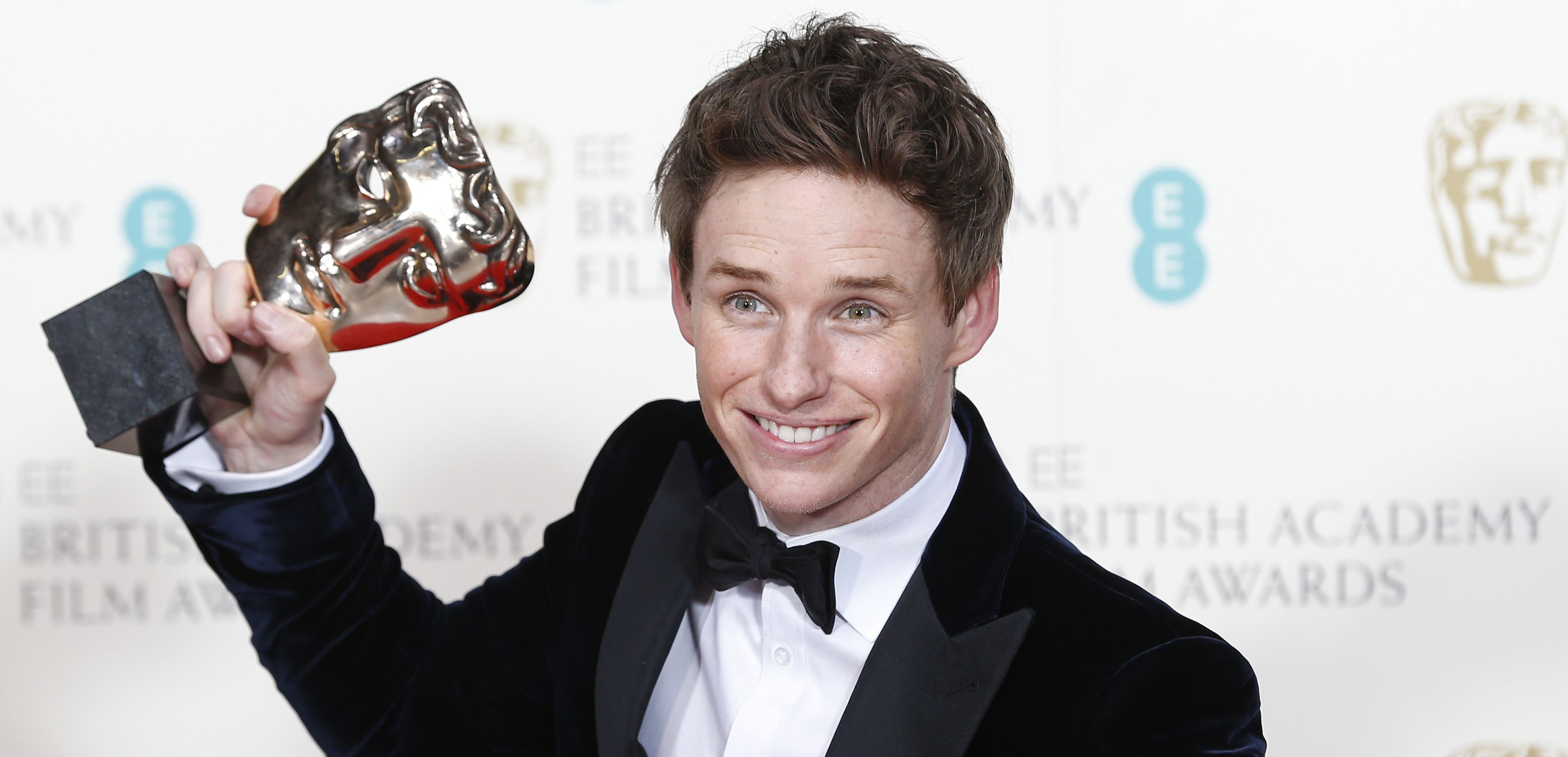 """Eddie Redmayne poses after receiving the award for best leading actor for """"The Theory of Everything"""" at the British Academy of Film and Arts (BAFTA) awards ceremony at the Royal Opera House in London February 8, 2015. REUTERS/Suzanne Plunkett (BRITAIN - Tags: ENTERTAINMENT) - RTR4OQ28"""