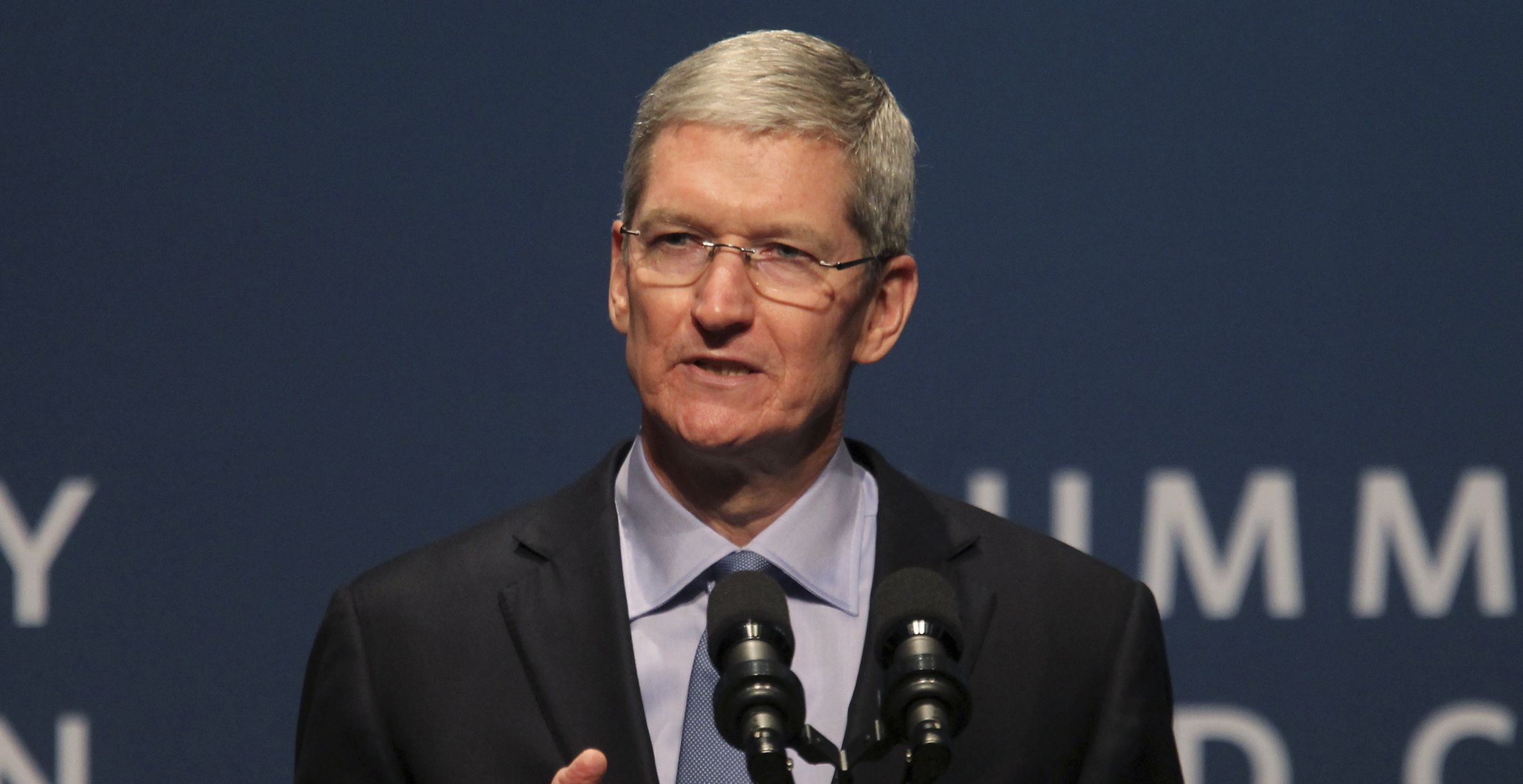 Apple CEO Tim Cook speaks during the White House summit on cybersecurity and consumer protection in Palo Alto, California February 13, 2015. REUTERS/Robert Galbraith  (UNITED STATES - Tags: SCIENCE TECHNOLOGY BUSINESS) - RTR4PII8