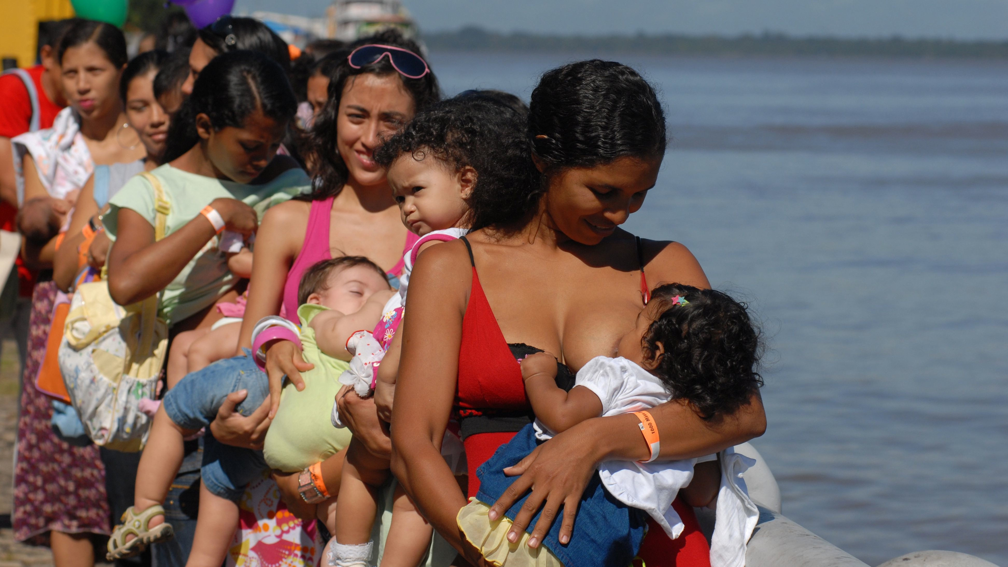 Brazilian mothers breast-feed their babies during an event organized to coincide with the opening of the Tenth National Conference on Breastfeeding, along the shore of Guajara Bay, a branch of the Amazon River, in Belem May 20, 2008. Organizers called on some 1,000 mothers to breast-feed simultaneously and emphasized the importance of providing mother's milk for babies. REUTERS/Paulo Santos (BRAZIL)   BEST QUALITY AVAILABLE - RTXKTRK