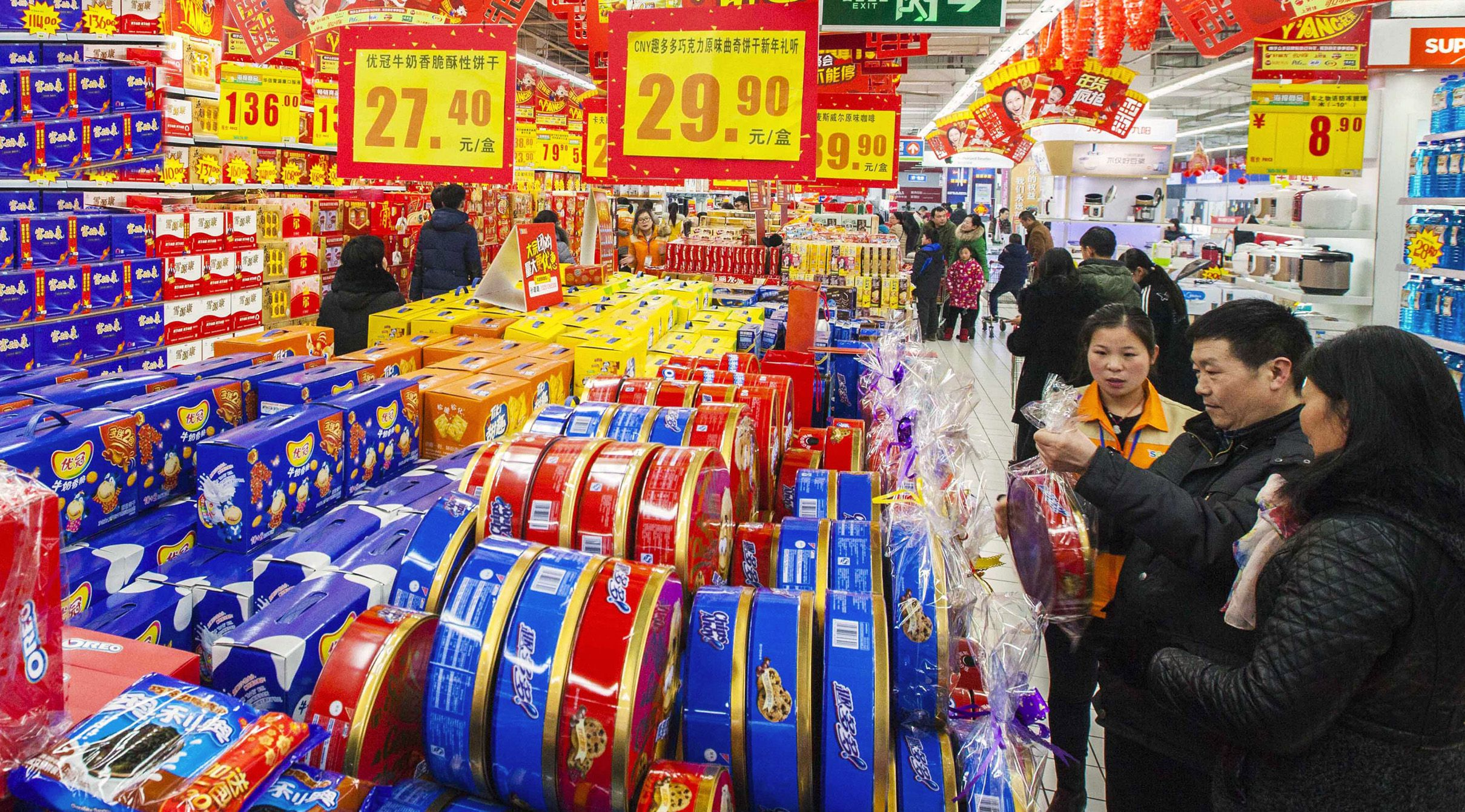 Customers select goods at a supermarket in Lianyungang, Jiangsu province February 9, 2015. China's consumer price inflation likely slowed to a five-year low in January due to falling oil prices and sluggish demand, while export growth was seen sagging, a Reuters poll showed, raising questions whether more policy stimulus is needed to combat deflationary pressures. REUTERS/Stringer