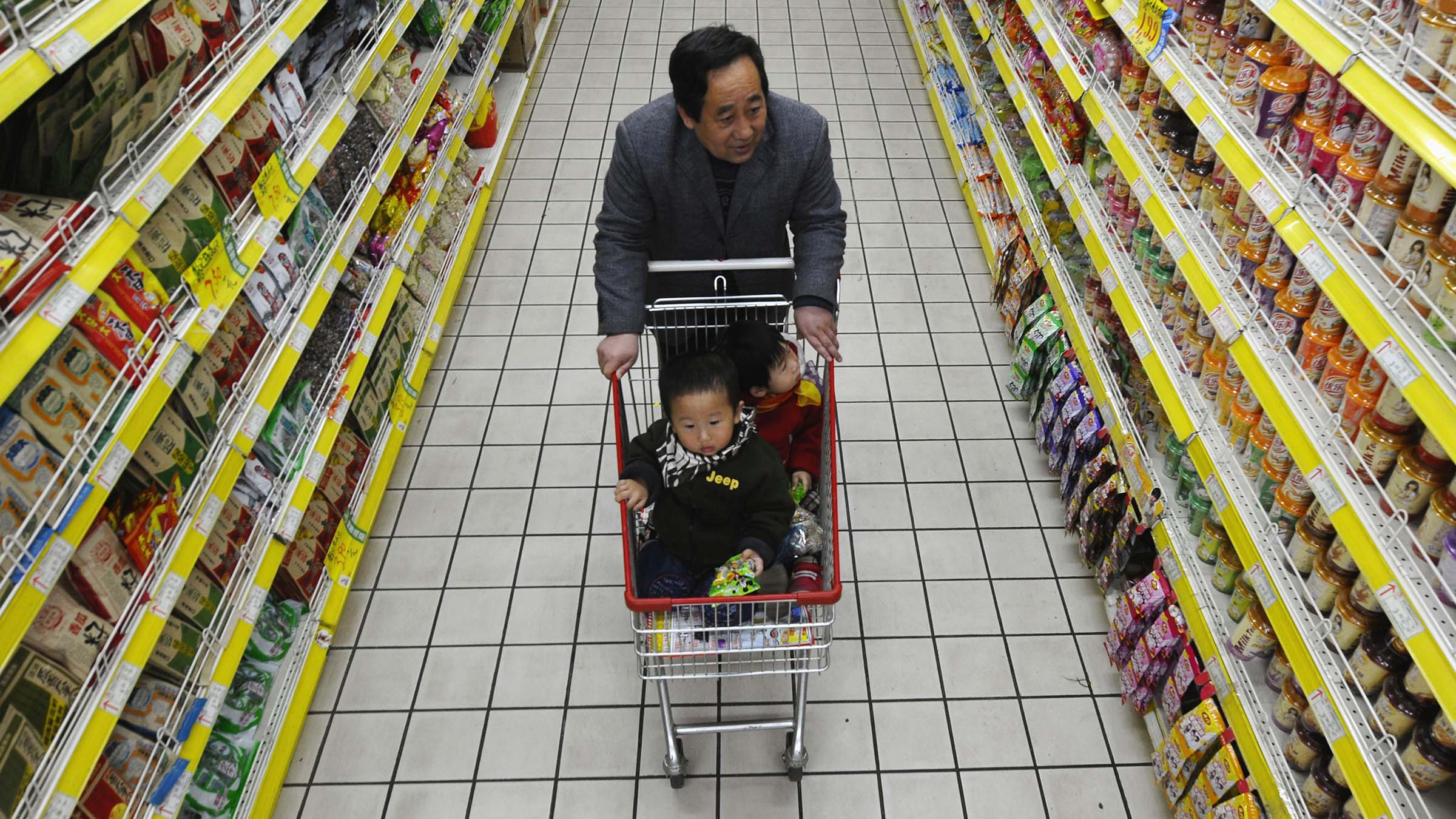 A customer shops with children at a supermarket in Changzhi, Shanxi province March 11, 2010. Chinese consumer inflation spurted to a 16-month high in February and a raft of economic data displayed broad-based strength, providing fresh arguments for policy tightening sooner rather than later.  REUTERS/Stringer (CHINA - Tags: BUSINESS POLITICS SOCIETY) CHINA OUT. NO COMMERCIAL OR EDITORIAL SALES IN CHINA - RTR2BHJ9