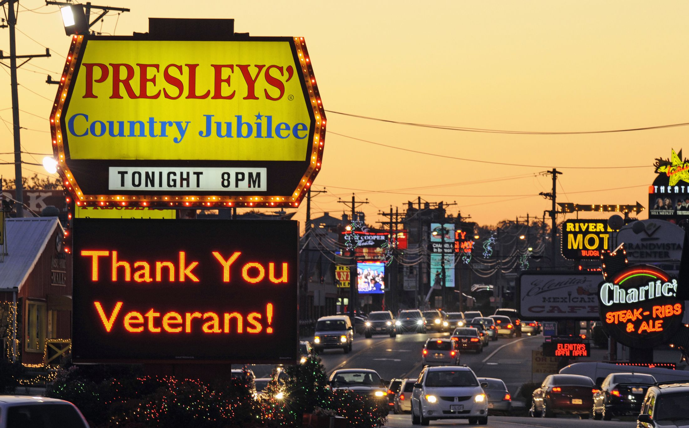 A music venue flashes an electronic marquee thanking military veterans in Branson, Missouri, November 9, 2011. The Midwestern entertainment-centered town in the Ozarks caters to veterans in the days leading up to Veteran's Day on November 11. Picture taken November 9, 2011. REUTERS/Dave Kaup (UNITED STATES - Tags: MILITARY SOCIETY ANNIVERSARY) - RTR2TTZJ