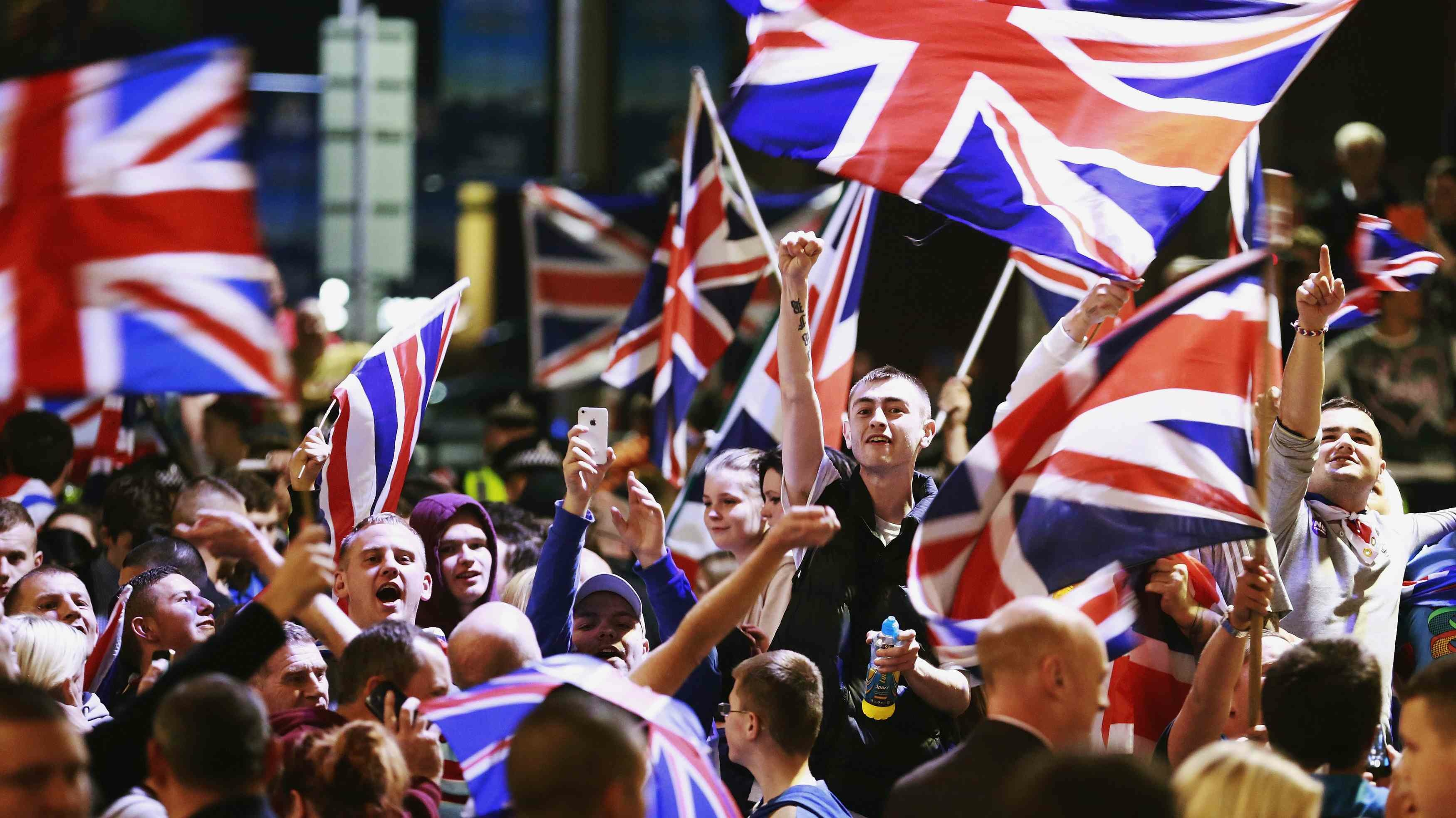 Pro-union protestors chant and wave Union Flags during a demonstration at George Square in Glasgow, Scotland September 19, 2014. Scotland spurned independence in a historic referendum on Thursday, saving a union dating back over 300 years but ushering in a period of intense bargaining over Britain's Prime Minister David Cameron's pre-vote pledges to give Scots more say over their own affairs. REUTERS/Cathal McNaughton (BRITAIN - Tags: POLITICS ELECTIONS CIVIL UNREST TPX IMAGES OF THE DAY) - RTR46Z8U