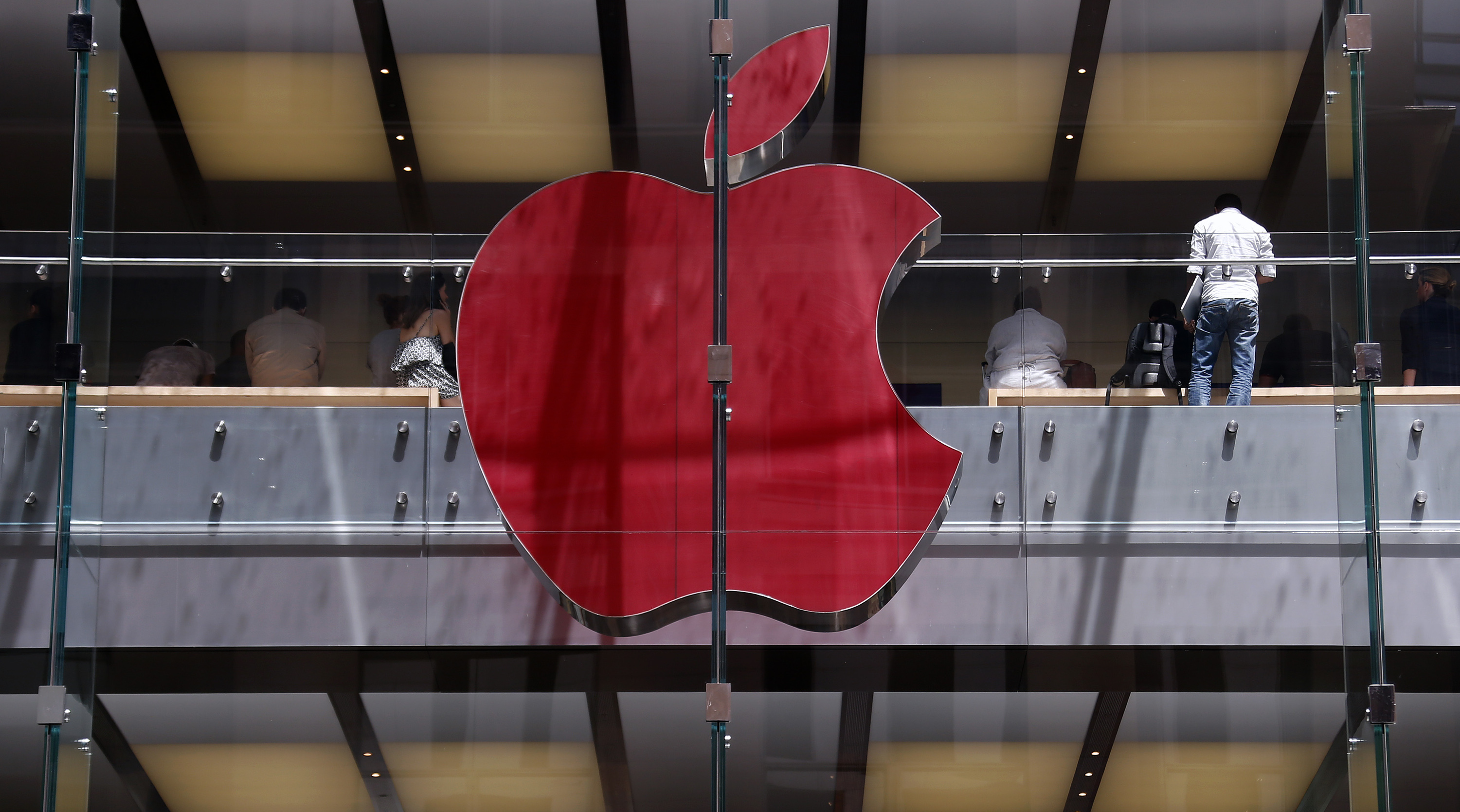 The Apple logo on display at the Sydney Apple Store is illuminated in red to mark World AIDS Day, in Sydney December 1, 2014.       REUTERS/David Gray      (AUSTRALIA - Tags: SOCIETY BUSINESS LOGO TPX IMAGES OF THE DAY) - RTR4G6J1