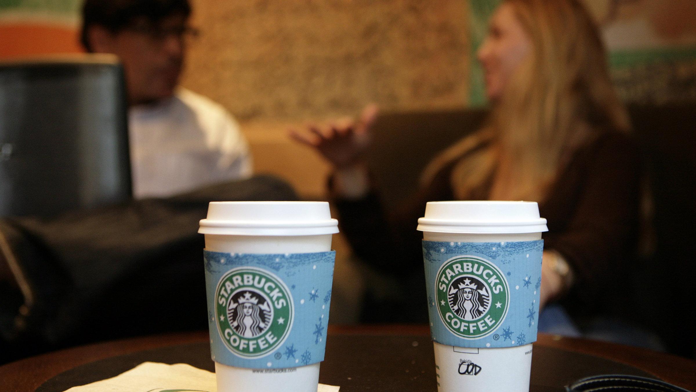 Starbucks customers talk in the store on Sao Paulo's Alameda Santos, June 11, 2008. REUTERS/Rickey Rogers (BRAZIL)