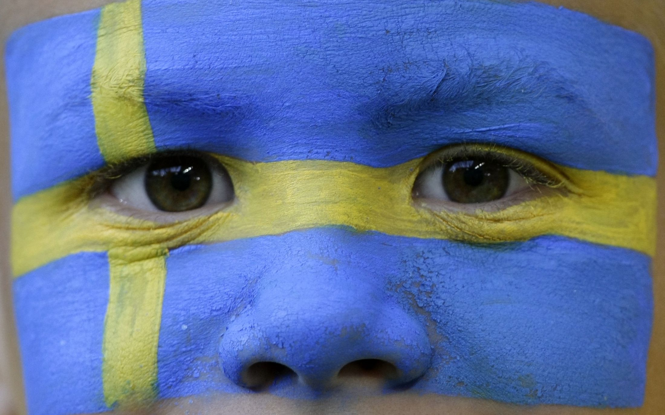 A young Sweden fan waits for the start of their Group D Euro 2008 soccer match against Russia at Tivoli Neu stadium in Innsbruck, June 18, 2008.     REUTERS/Michaela Rehle (AUSTRIA)  MOBILE OUT. EDITORIAL USE ONLY - RTX738O