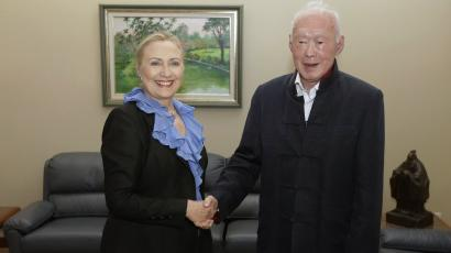 U.S. Secretary of State Hillary Clinton poses for photographs with former Singaporean Prime Minister Lee Kwan Yew at the Istana in Singapore November 16, 2012.