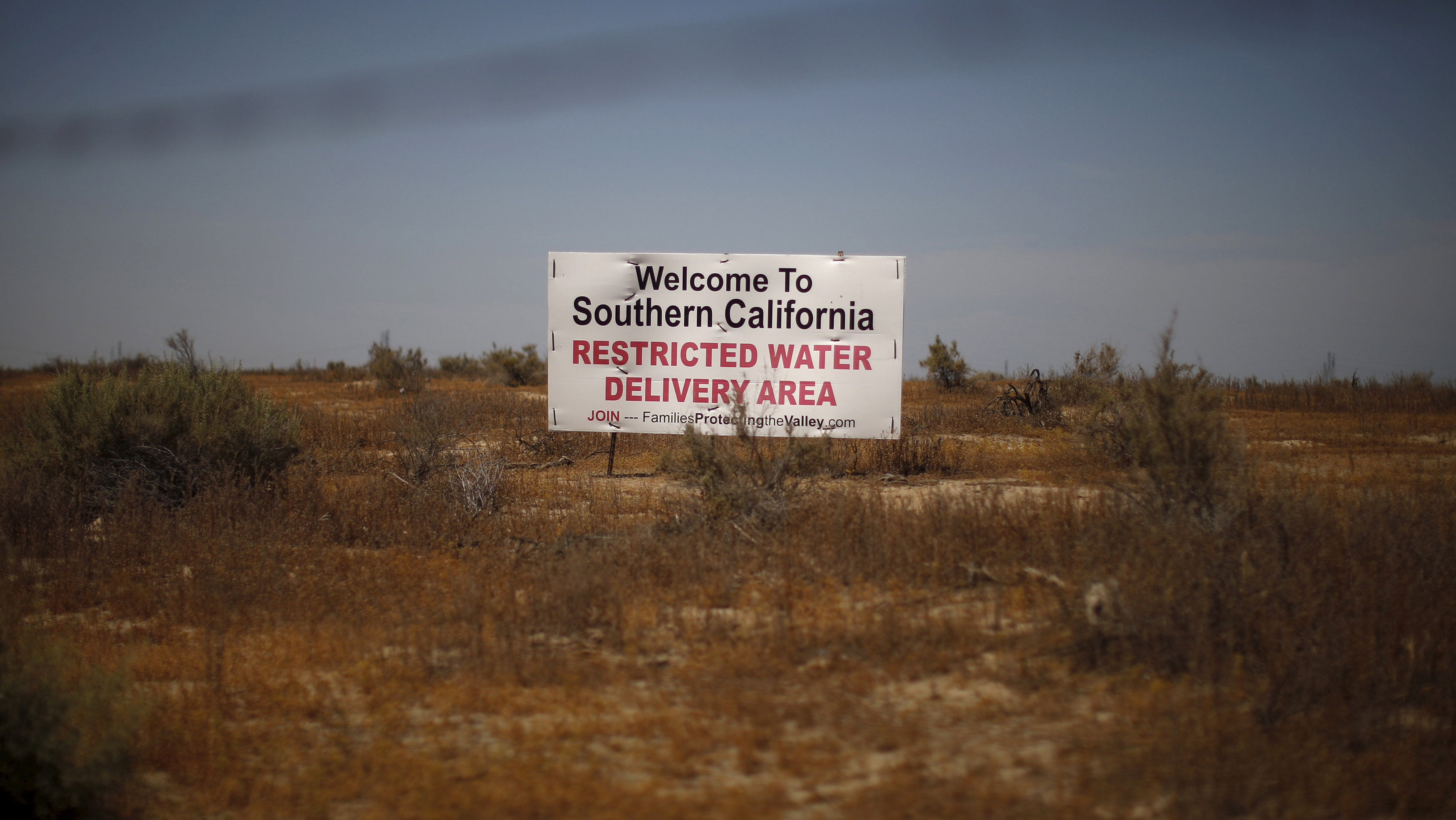 A drought sign is seen in a field near Buttonwillow, California April 20, 2015. With the country's most populous state entering the fourth year of a devastating drought, Governor Jerry Brown has ordered an overall 25 percent cut in urban water use though the first statewide mandatory reductions in California's history. The suppliers with the highest per capita water use would have to accept a 36 percent cut. Meanwhile, environmentalists and some urban dwellers say the state's $45 billion agriculture industry should bear a greater share of water savings, given its massive water use.