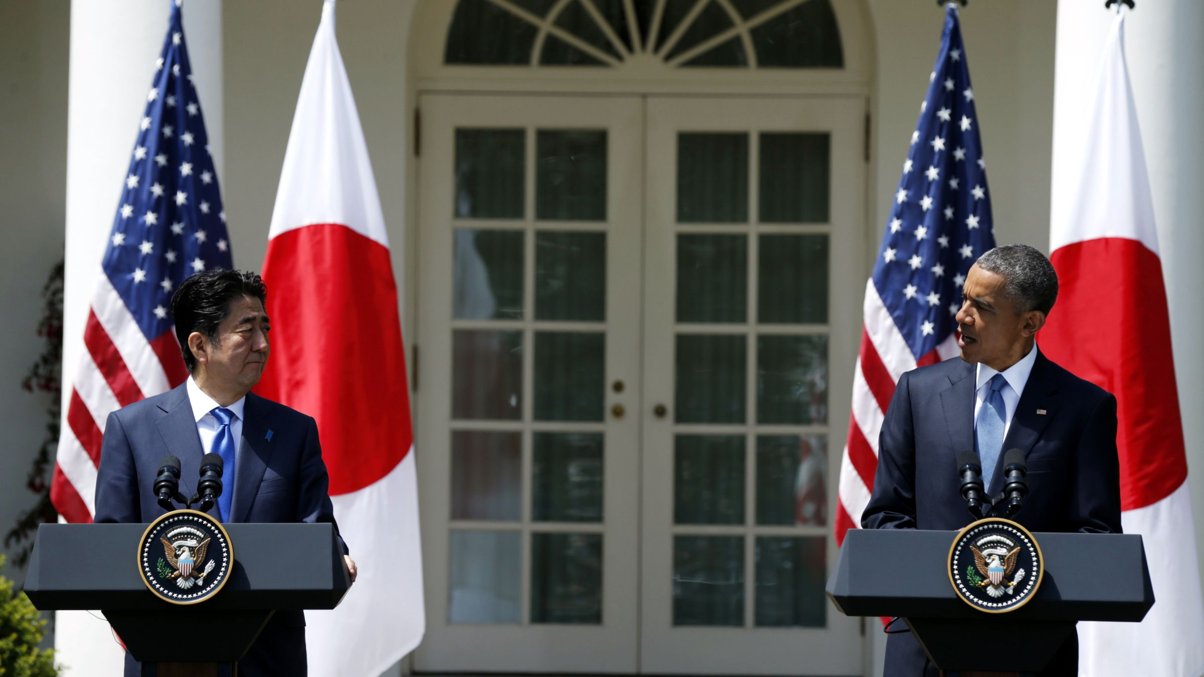 U.S. President Barack Obama (R) and Japanese Prime Minister Shinzo Abe hold a joint news conference in the Rose Garden of the White House in Washington, April 28, 2015.