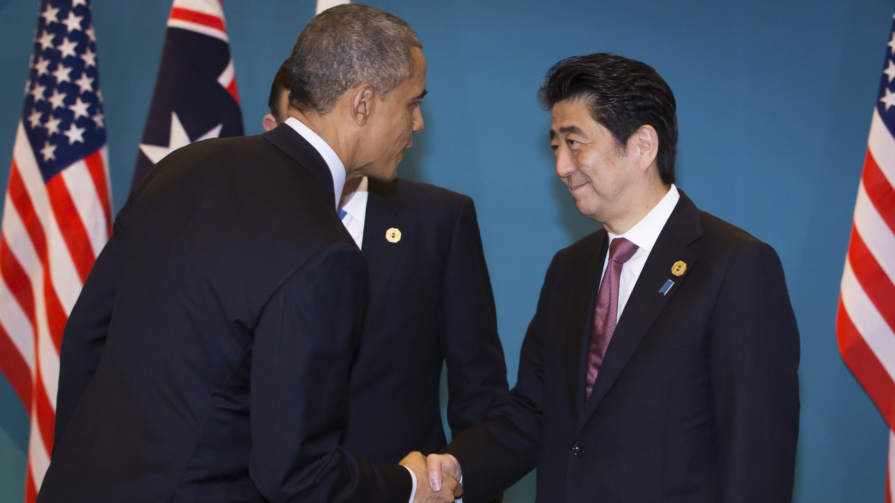 US president Barack Obama shakes hands with Japanese prime minister Shinzo Abe at the G20 conference in Brisbane, Nov. 2014.