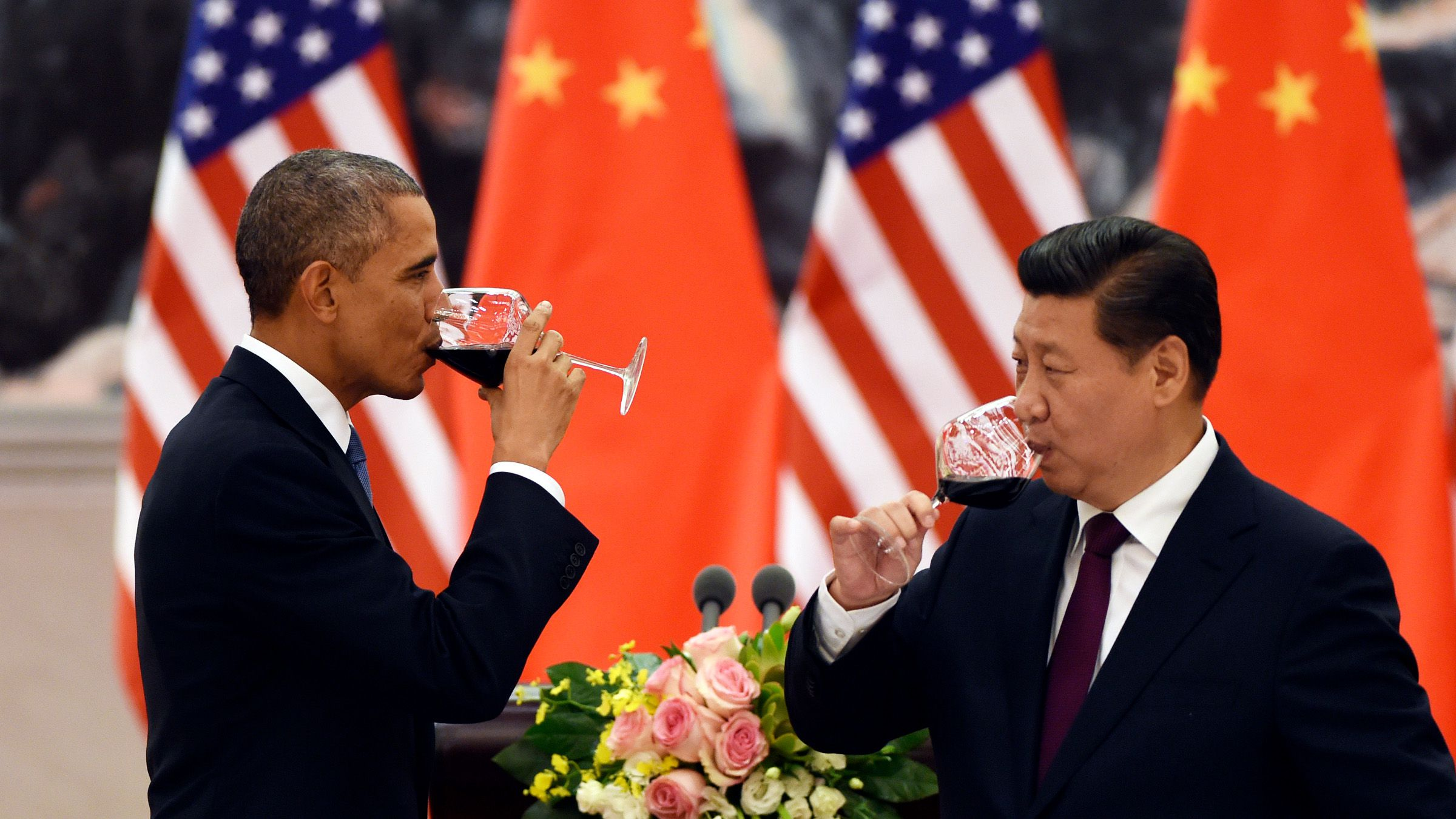 U.S. President Barack Obama (L) and Chinese President Xi Jinping have a drink after a toast at a lunch banquet in the Great Hall of the People in Beijing November 12, 2014. Obama is on a state visit after attending the Asia-Pacific Economic Cooperation summit.