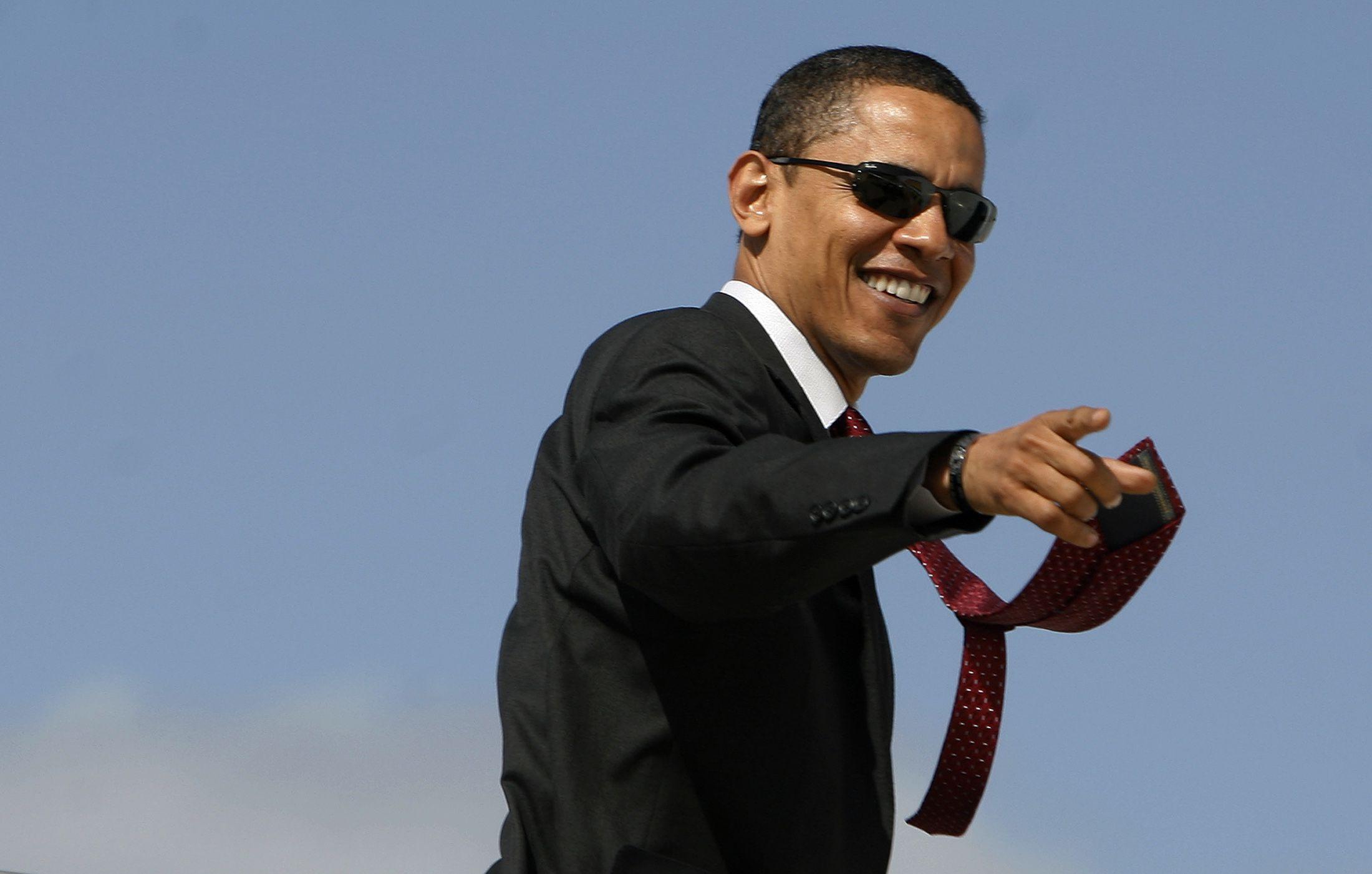 US Democratic presidential candidate Senator Barack Obama (D-IL) boards his campaign plane in San Antonio, Texas, March 3, 2008. REUTERS/Jim Young   (UNITED STATES) US PRESIDENTIAL ELECTION CAMPAIGN 2008 (USA) Also see: GF2E45R06AS01 - RTR1XUHX