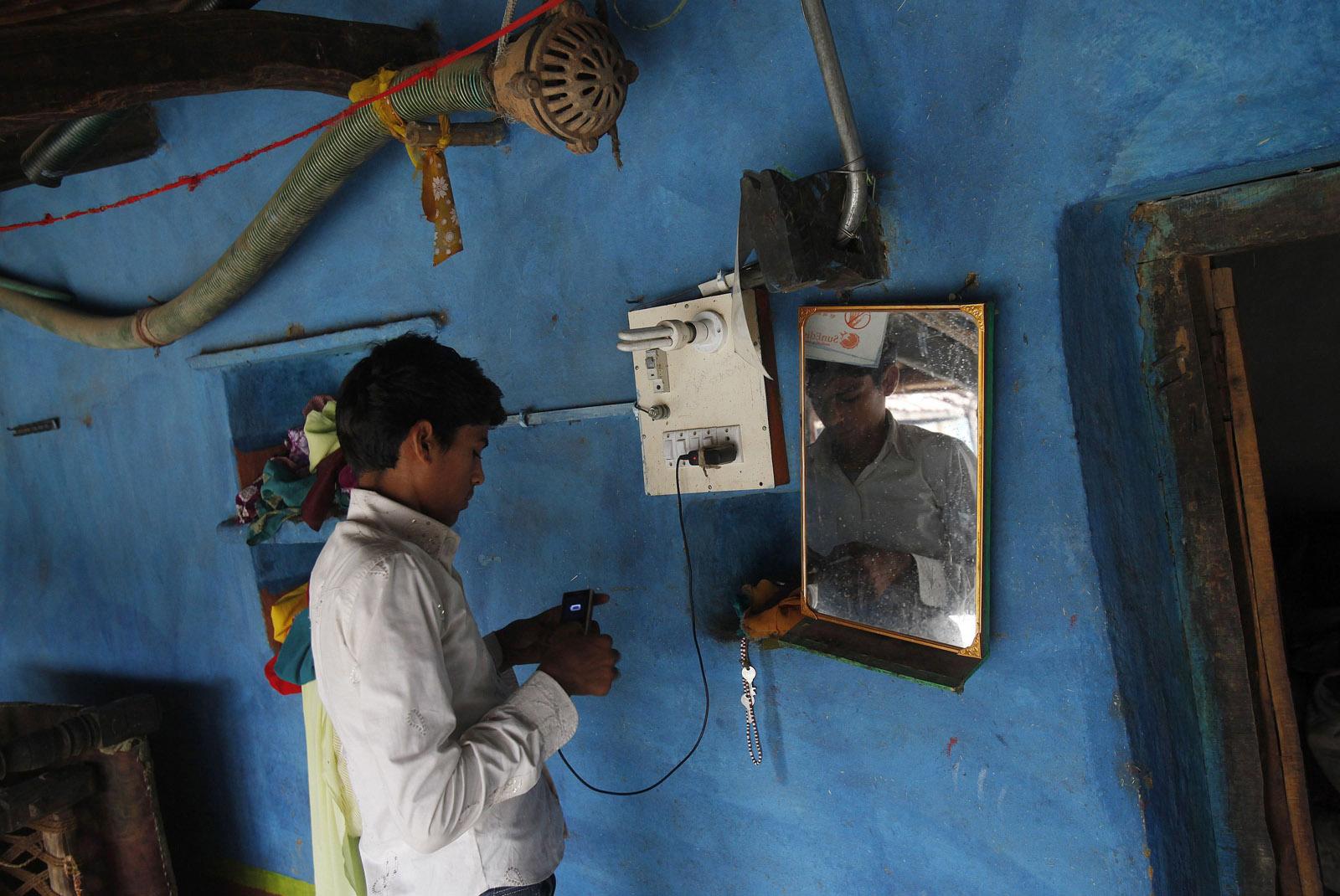 India-Suicide-Smartphone