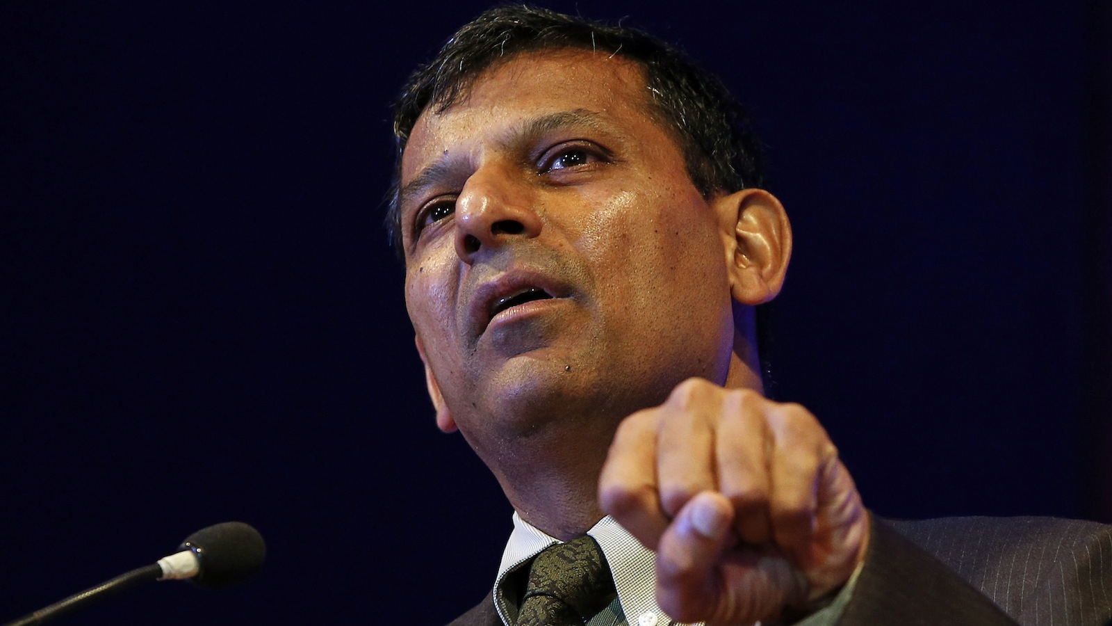 Reserve Bank of India (RBI) Governor Raghuram Rajan gestures while addressing students at a college in Mumbai September 16, 2014. India's central bank is limiting the country's reliance on foreign debt and will continue to do so, Rajan said on Tuesday.