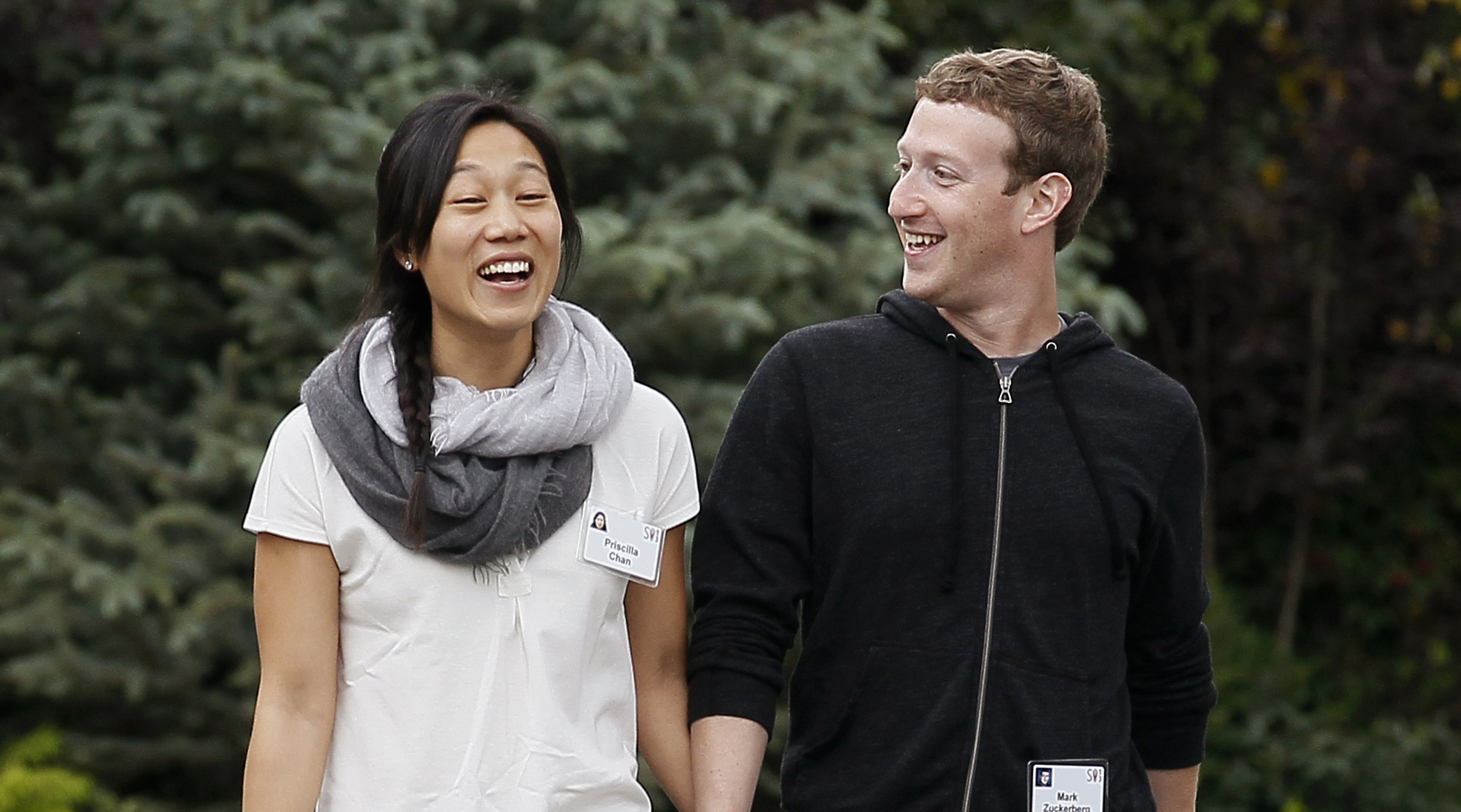 Facebook CEO Mark Zuckerberg walks with his wife Priscilla Chan at the annual Allen and Co. conference at the Sun Valley, Idaho Resort July 11, 2013.  REUTERS/Rick Wilking (UNITED STATES - Tags: BUSINESS) - RTX11KBZ