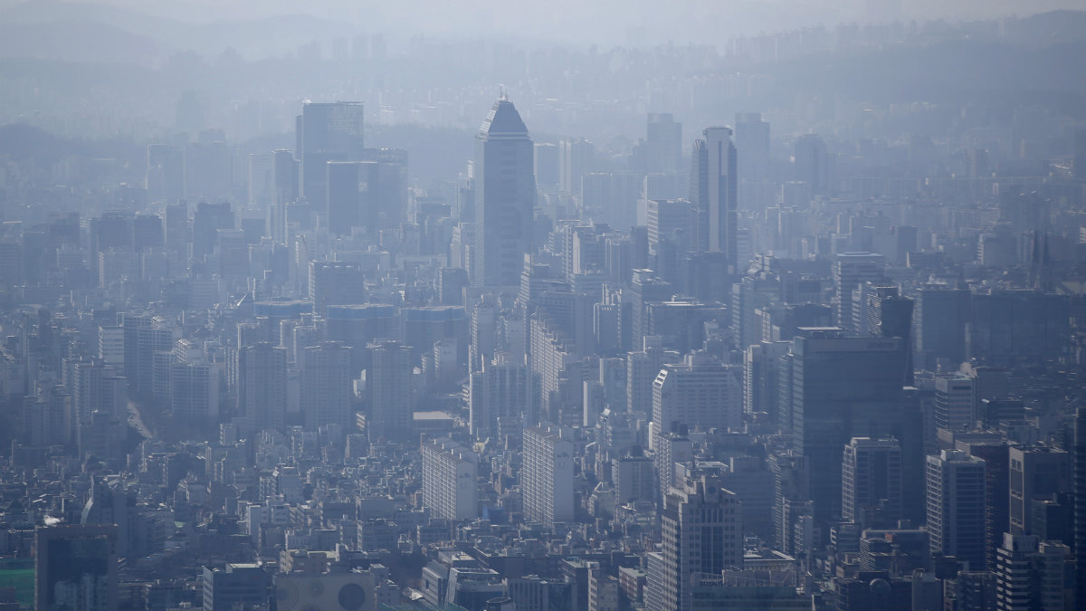The skyline of central Seoul is seen during a foggy day in Seoul March 4, 2015. South Korea's central bank cut interest rates for the first time in five months on Thursday in a surprise move, joining the ranks of other economies which have recently taken advantage of lower inflation to ease monetary policy to spur sluggish growth. Picture taken on March 4, 2015. REUTERS/Kim Hong-Ji
