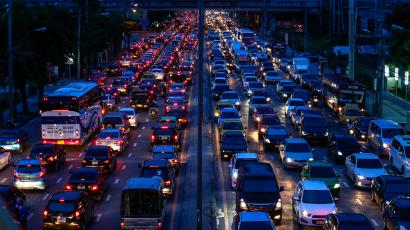 Cars are seen stuck in a traffic jam at Rama 9 road in Bangkok September 13, 2013. An incentive programme for first-time car buyers in Thailand has backfired with more than 100,000 indebted consumers defaulting, leaving the big global manufacturers that dominate Southeast Asia's largest auto market struggling to defend their margins. Picture taken September 13, 2013. REUTERS/Athit Perawongmetha (THAILAND - Tags: BUSINESS TRANSPORT) - RTX13VGR
