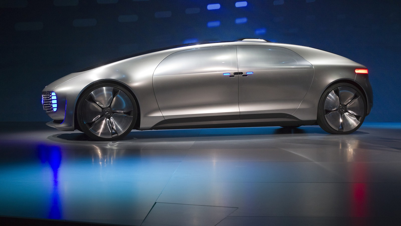 The Mercedes-Benz F015 Luxury in Motion autonomous concept car is pictured on-stage during the 2015 International Consumer Electronics Show (CES) in Las Vegas, Nevada January 5, 2015. Germany's Daimler AG wants to reset consumers' expectations about self-driving cars with its futuristic Mercedes-Benz F 015 concept, unveiled Monday evening at the annual Consumer Electronics Show in Las Vegas.  (UNITED STATES - Tags: SCIENCE TECHNOLOGY BUSINESS TRANSPORT) - RTR4K6JT