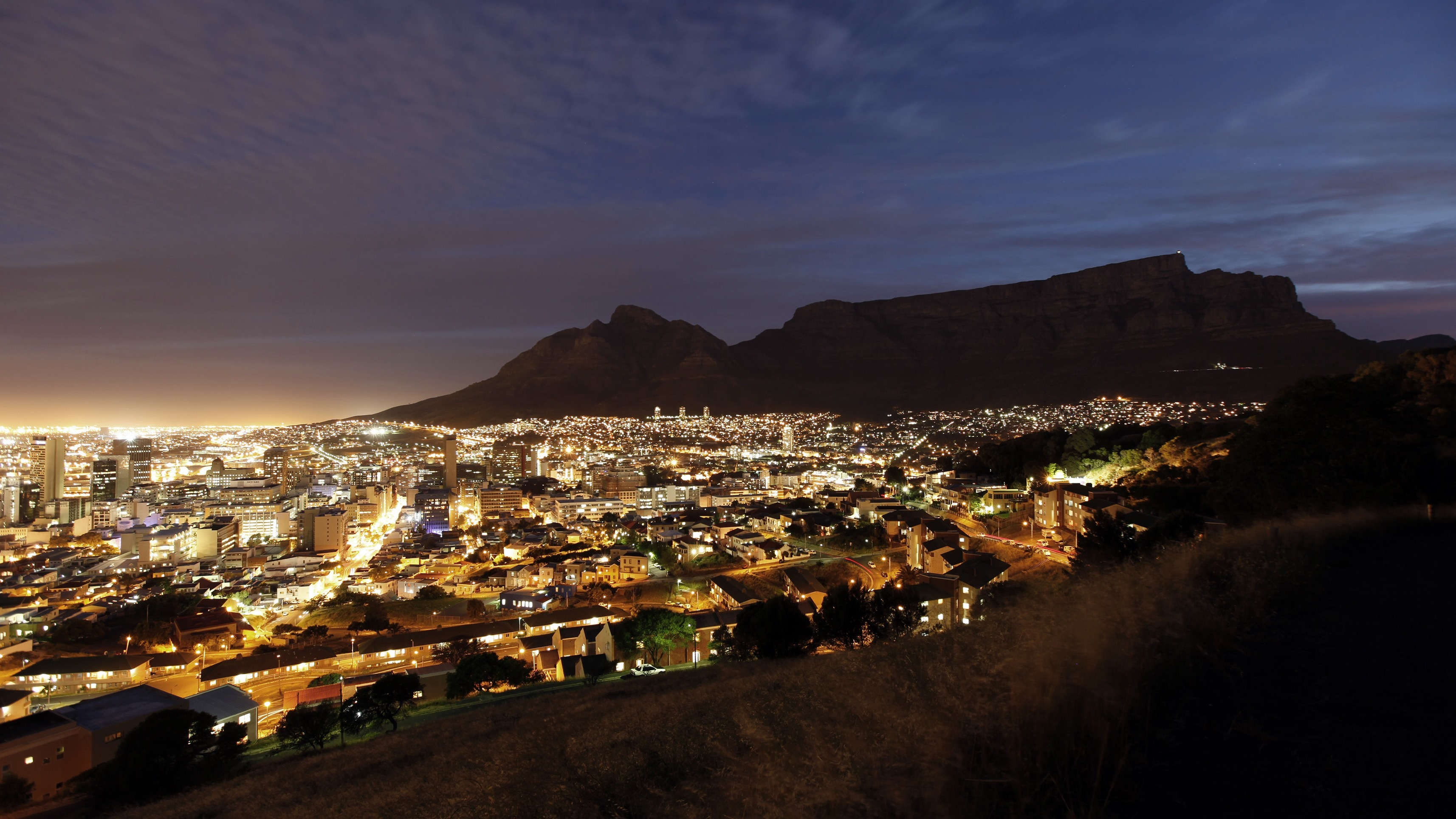 Cape Town lights up as dusk falls over the city's backdrop Table Mountain, November 2, 2009. Cape Town is one of nine South African cities hosting the 2010 Fifa Soccer World Cup. REUTERS/Mike Hutchings